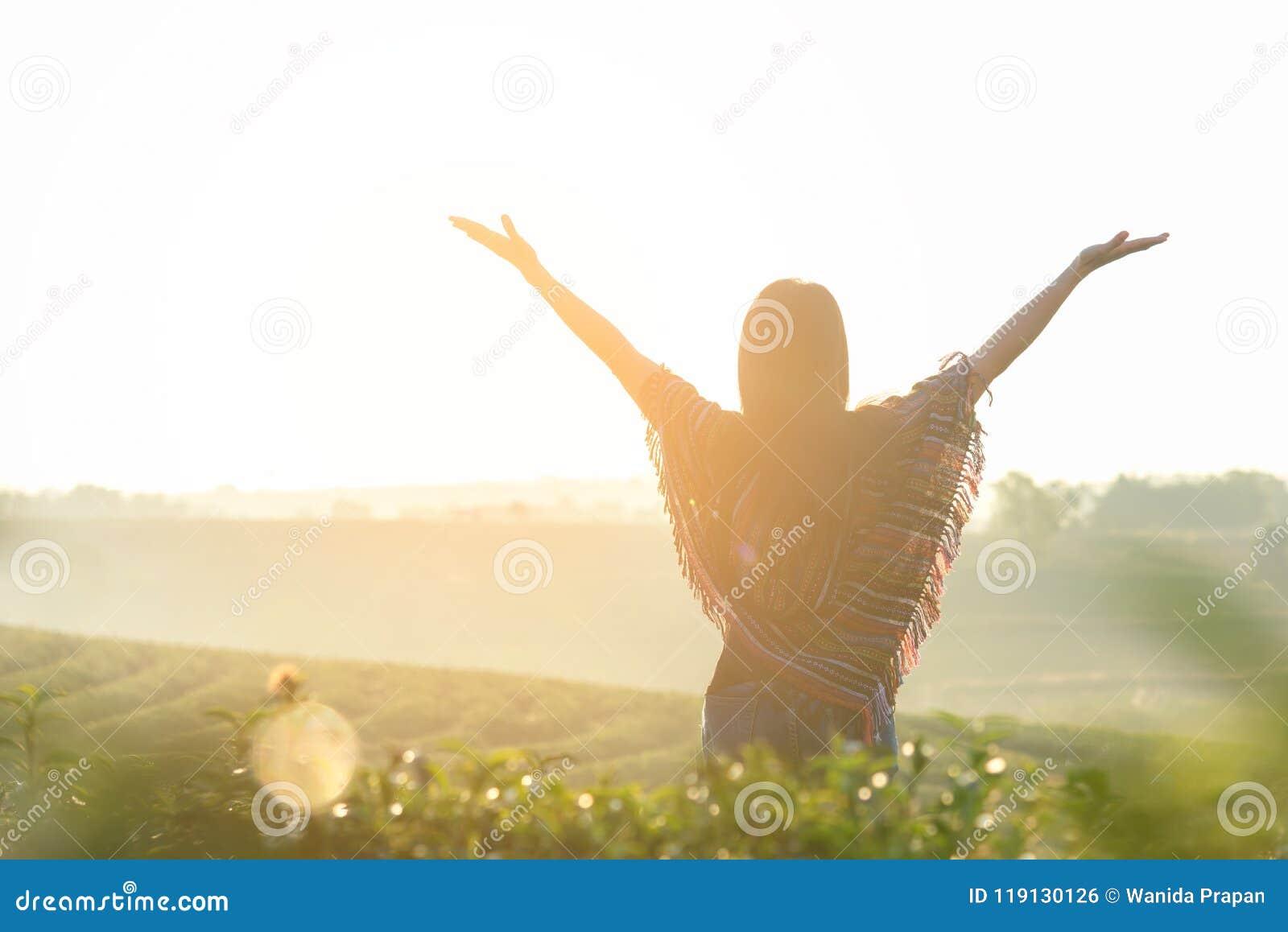 Kopplar av lyckligt känsligt bra för livsstilhandelsresandekvinnor och frihet som vänder mot på den naturliga telantgården i solu