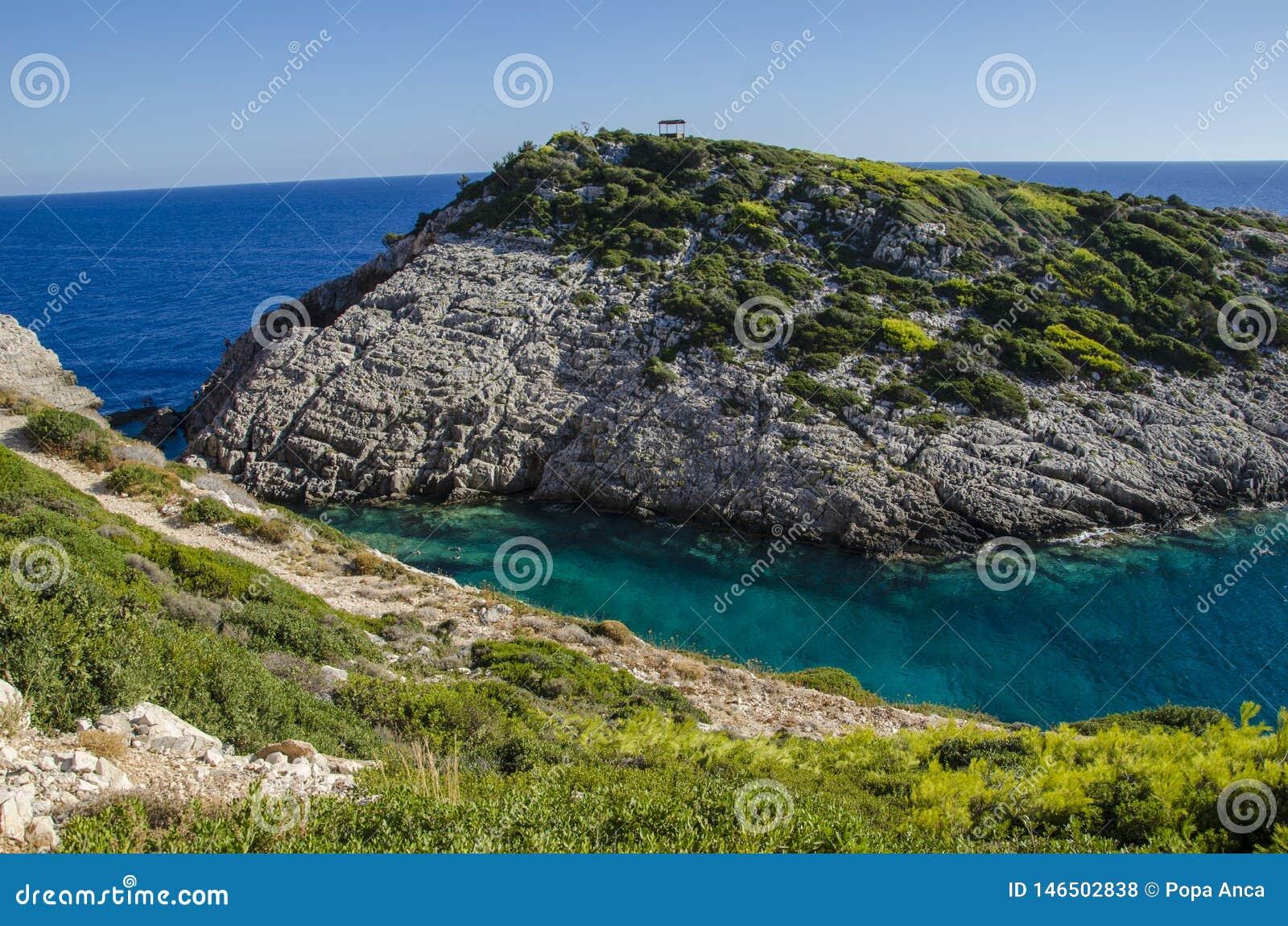 Korakonissi - piscine naturelle de l eau clair comme de l eau de roche de turquoise chaude