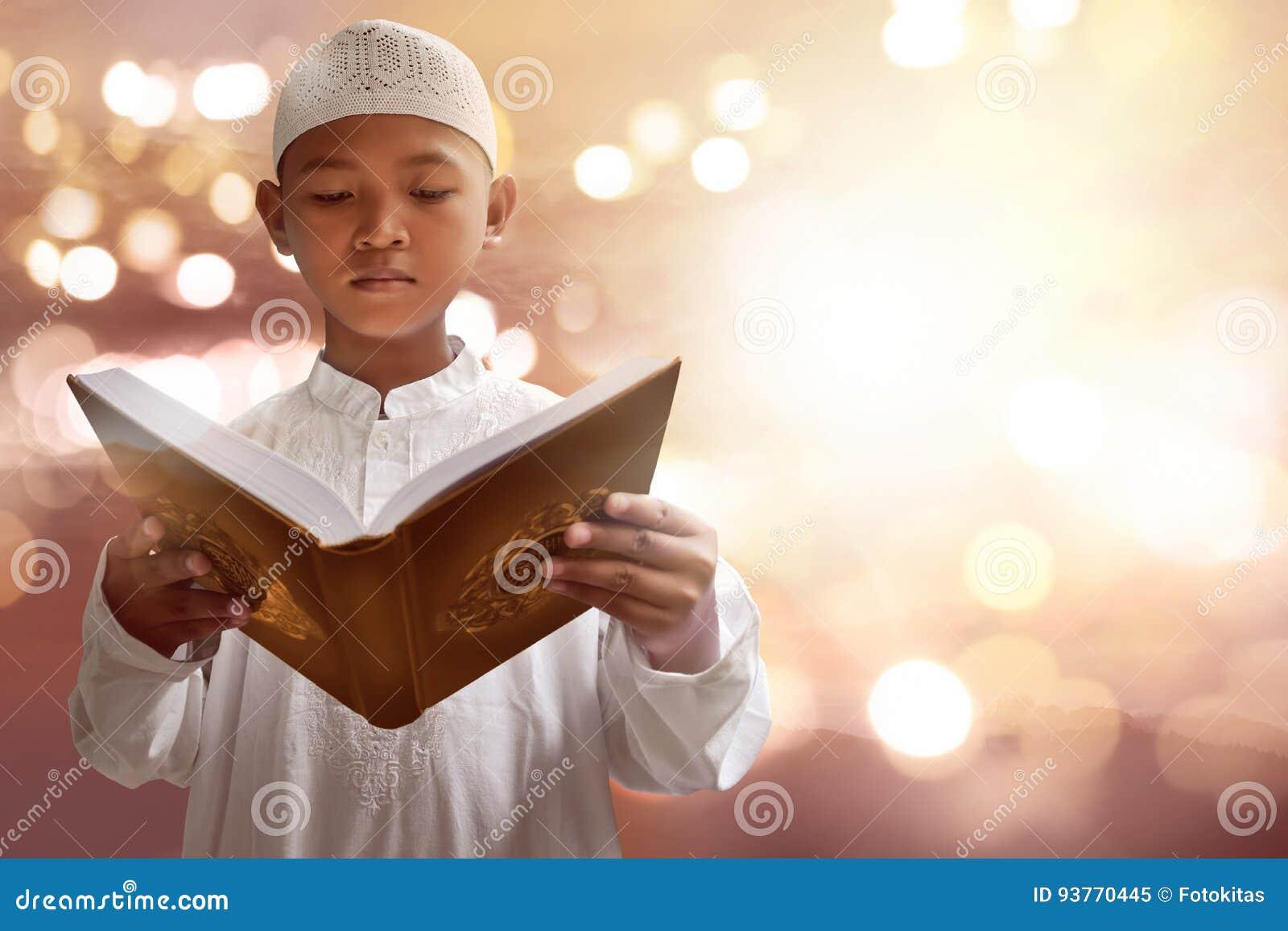 Koran asiático da leitura da criança dos muçulmanos