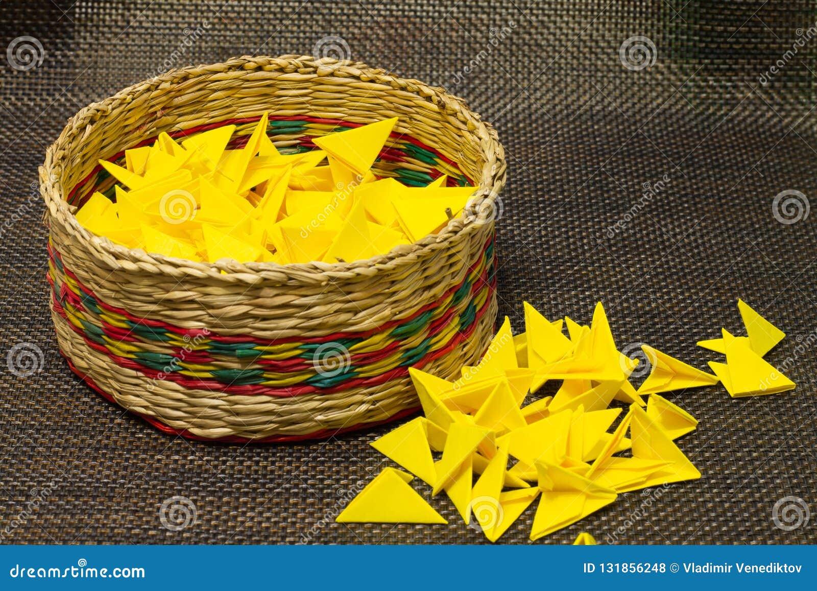 Korb des gesponnenen Strohs mit gelbem Papier