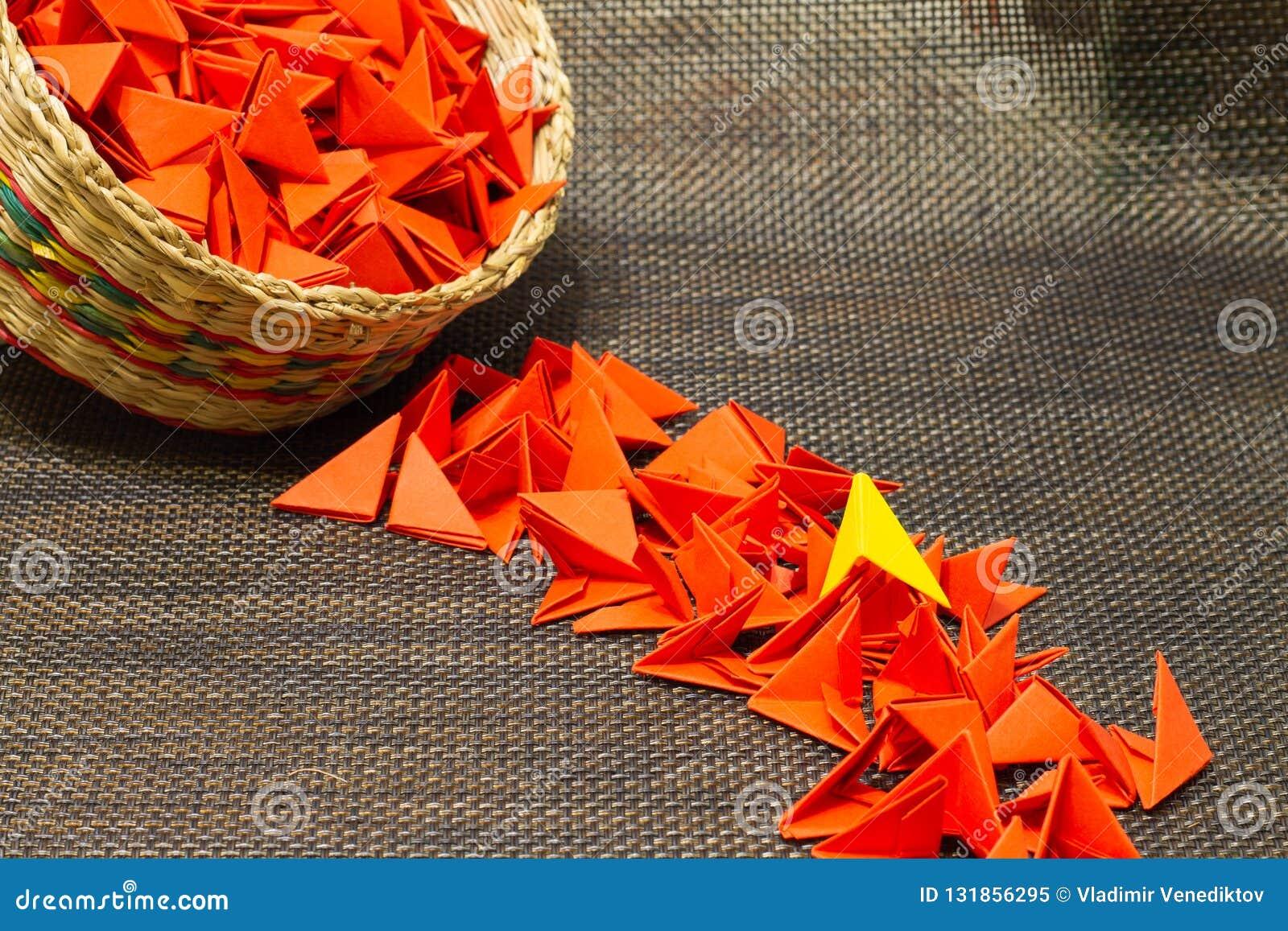 Korb des gesponnenen Strohs mit rotem Papier