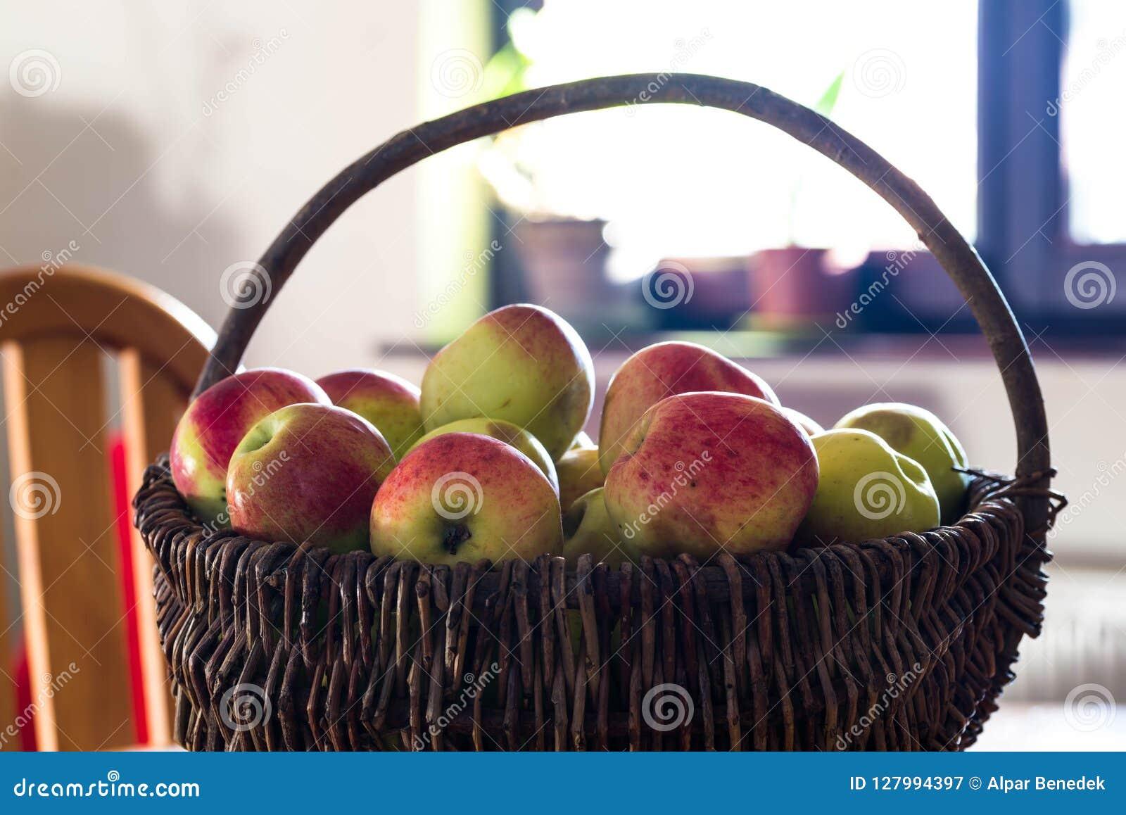 Korb des gesunden, köstlichen, Bio-, Hauptwachstumsapfels