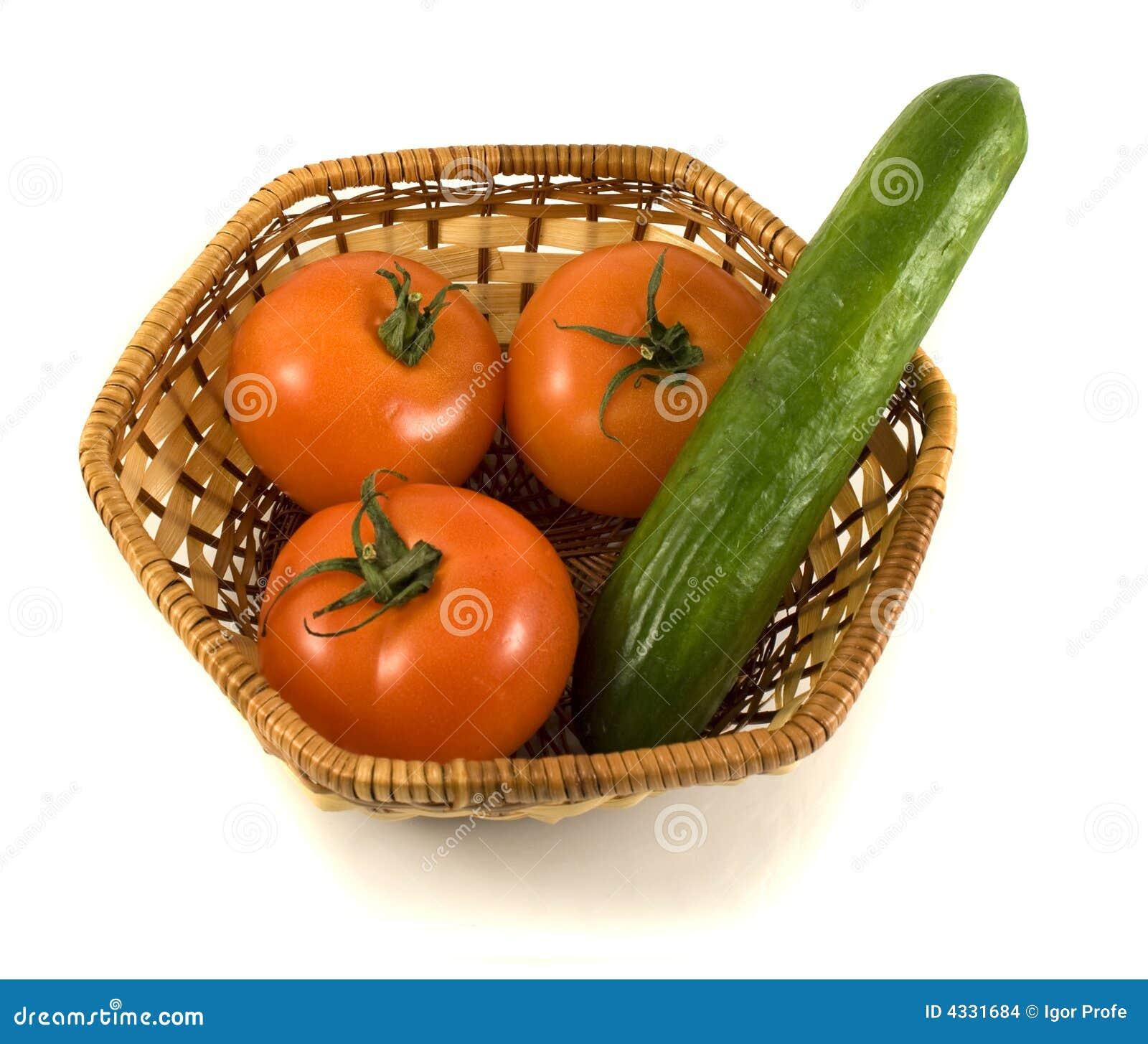 Korb mit Tomaten und Gurke