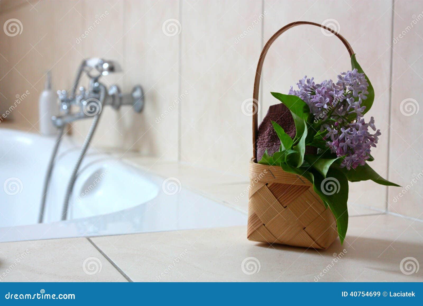 Korb Mit Tuch Und Blumen Im Badezimmer Stockbild - Bild von korb ...