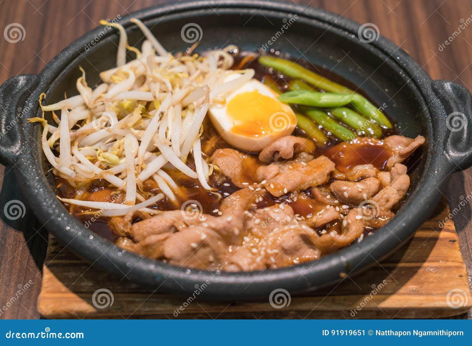 Koreańska korzenna bbq wieprzowina słuzyć na gorącym talerzu
