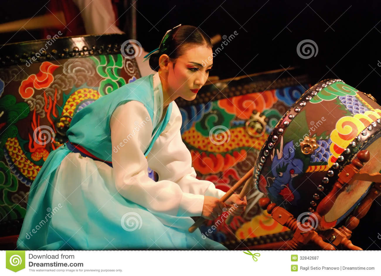 Koreanische weibliche Schauspielerin, die traditionelle Trommel spielt