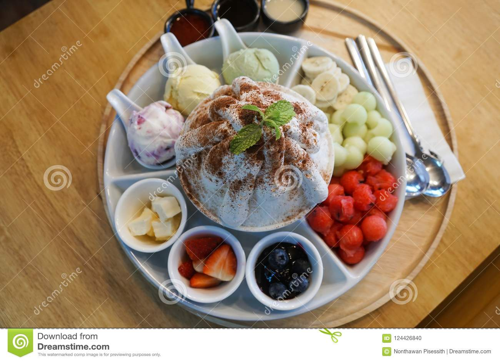 Koreansk öken för söt bingsu med frukter, melon, jordgubbar, blåbär, vattenmelon, icecream