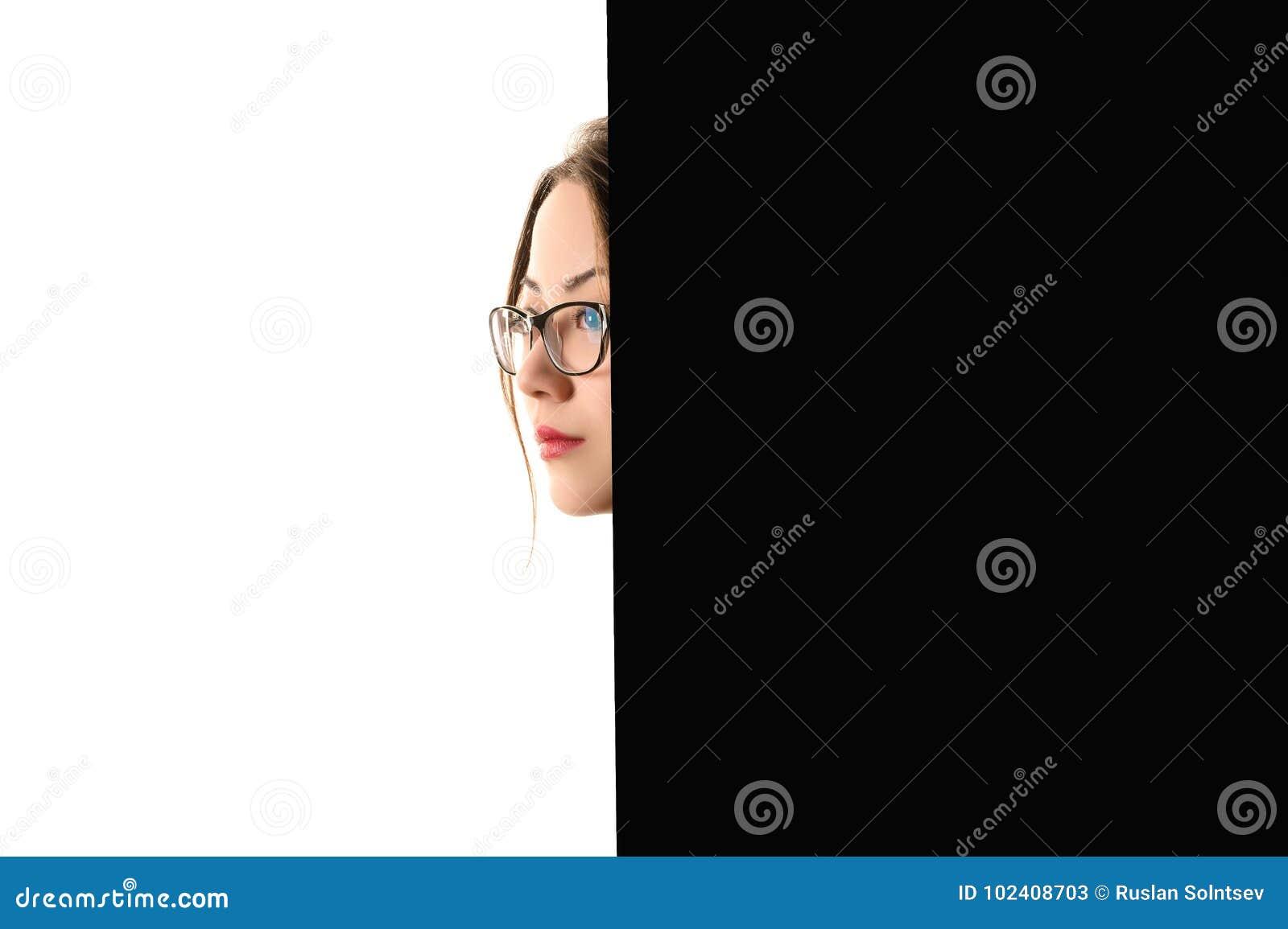 Koreansk flicka för idérik profilframsida på svartvit bakgrund
