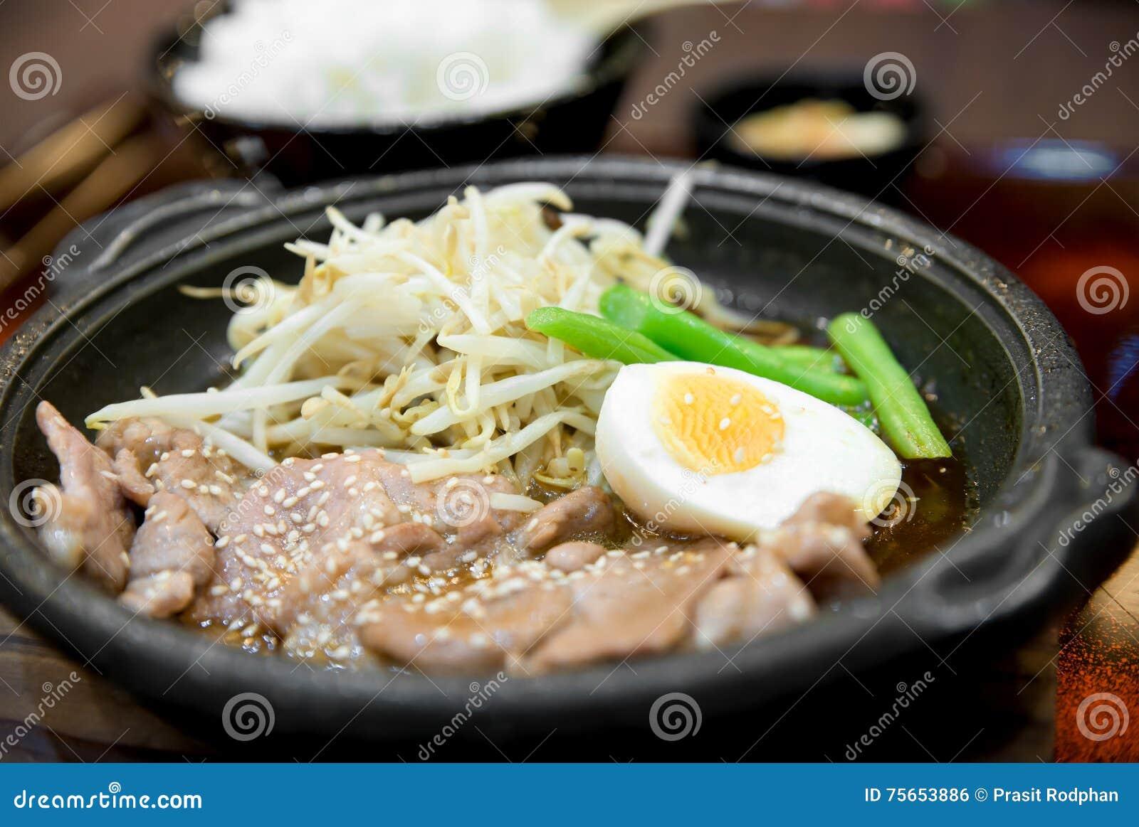 Koreanskt kryddigt bbq-griskött tjänade som på en varm platta med sidodisk