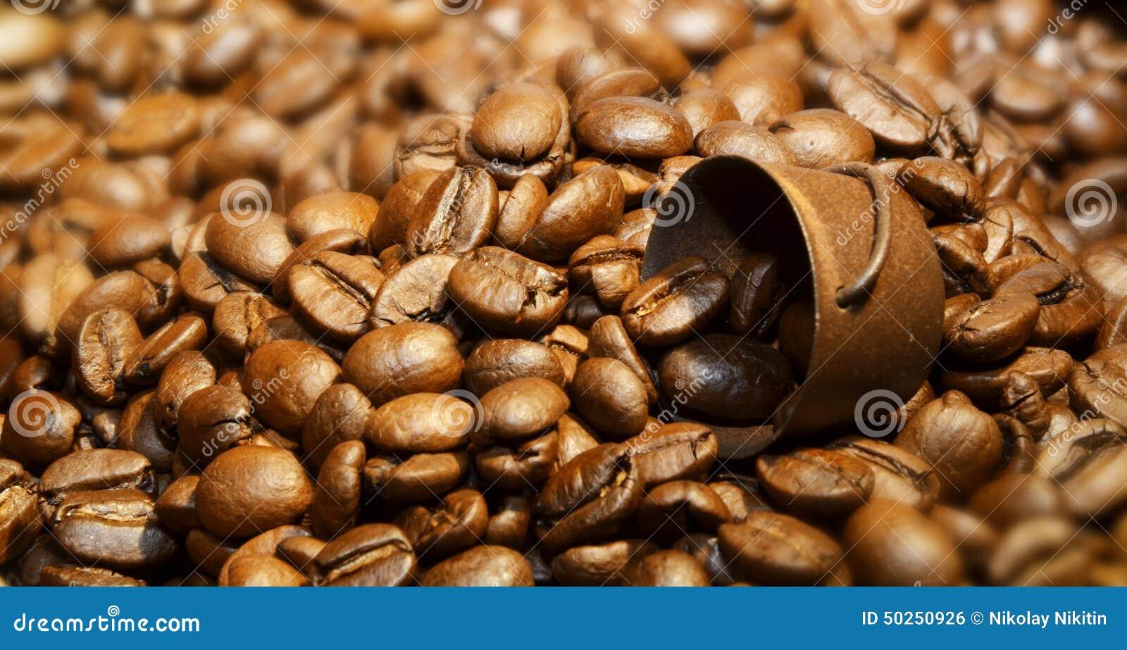 Korg av grillade kaffebönor