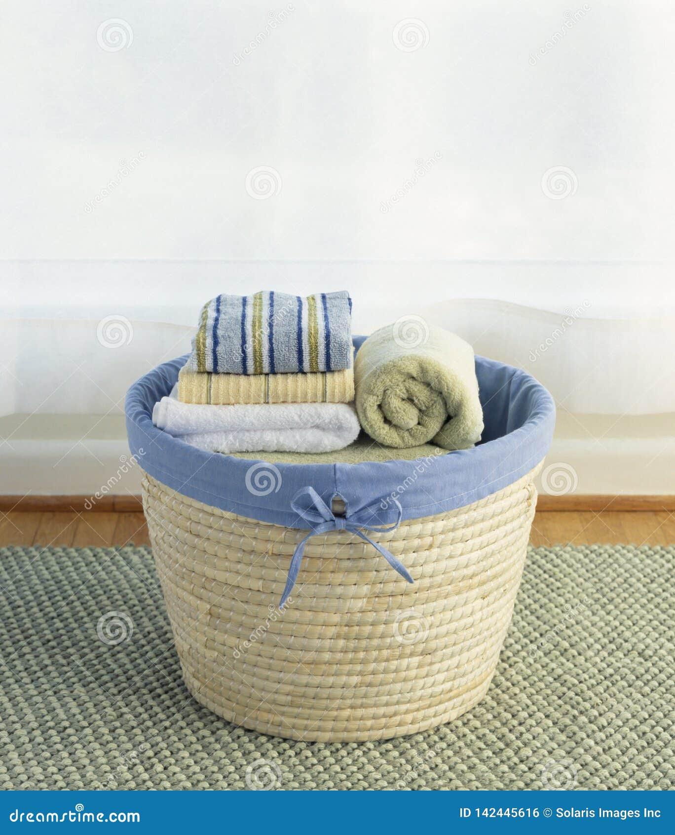 Korg av rent, tvätteri för bomullshandduklinnar Hem- lokalvård för hushållsarbetesysslahushållning