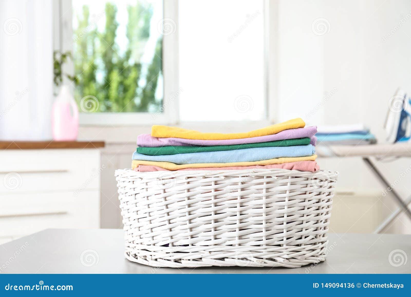 Korg med den rena tvätterit på tabellen