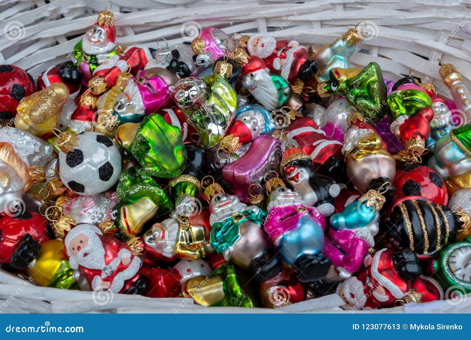 Korg med färgrika julleksaker