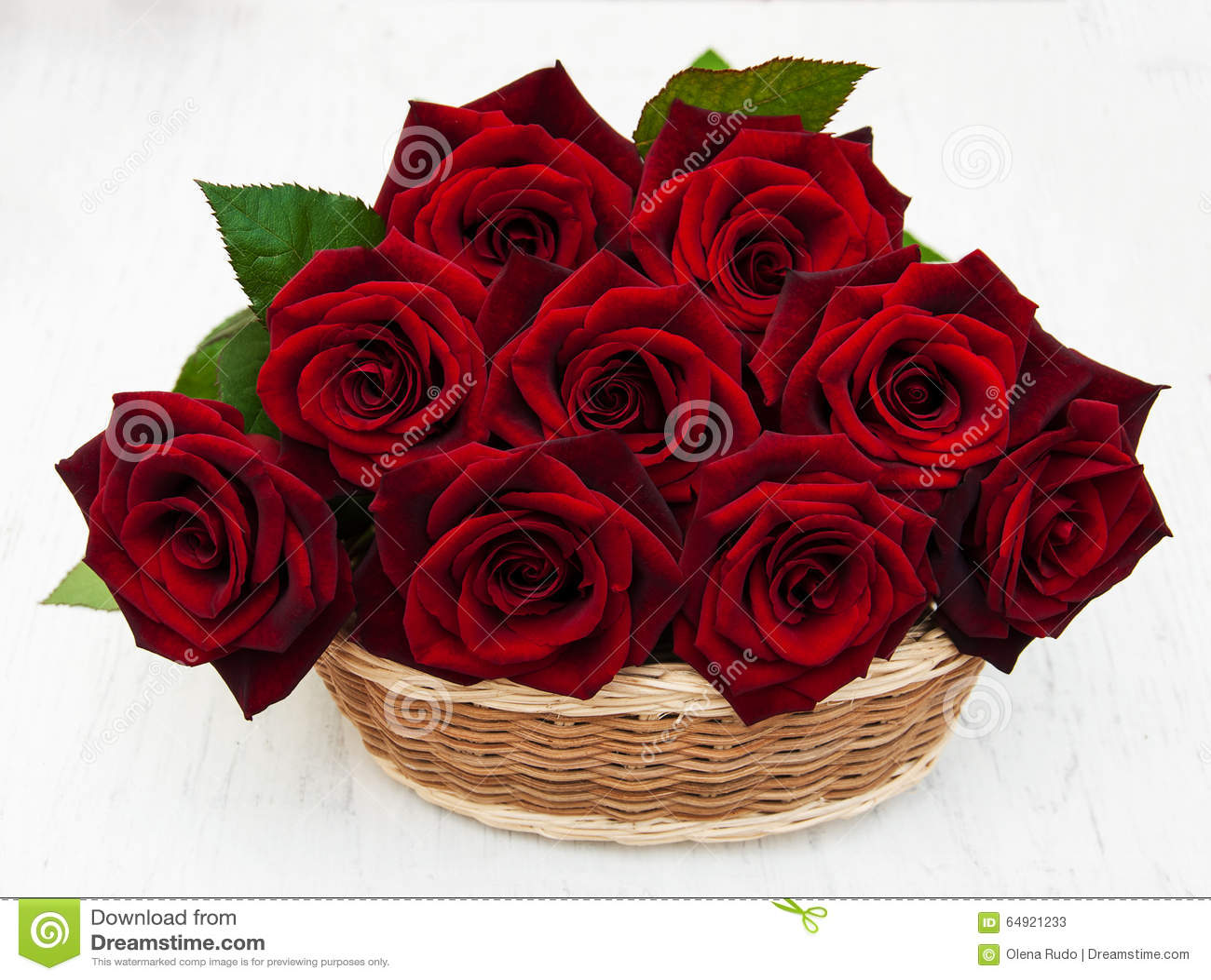 Korg med nya röda rosor