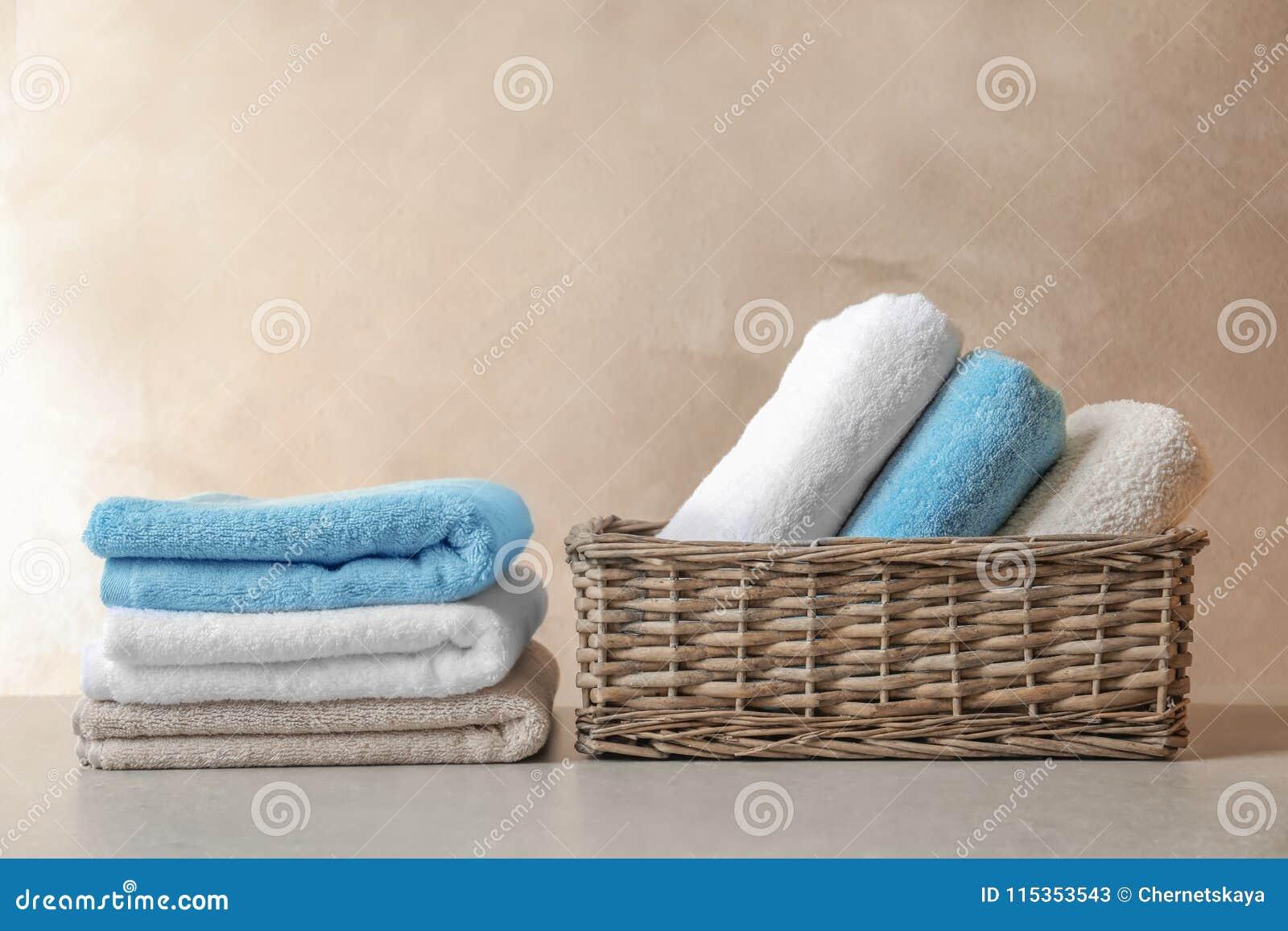 Korg och bunt av rena handdukar