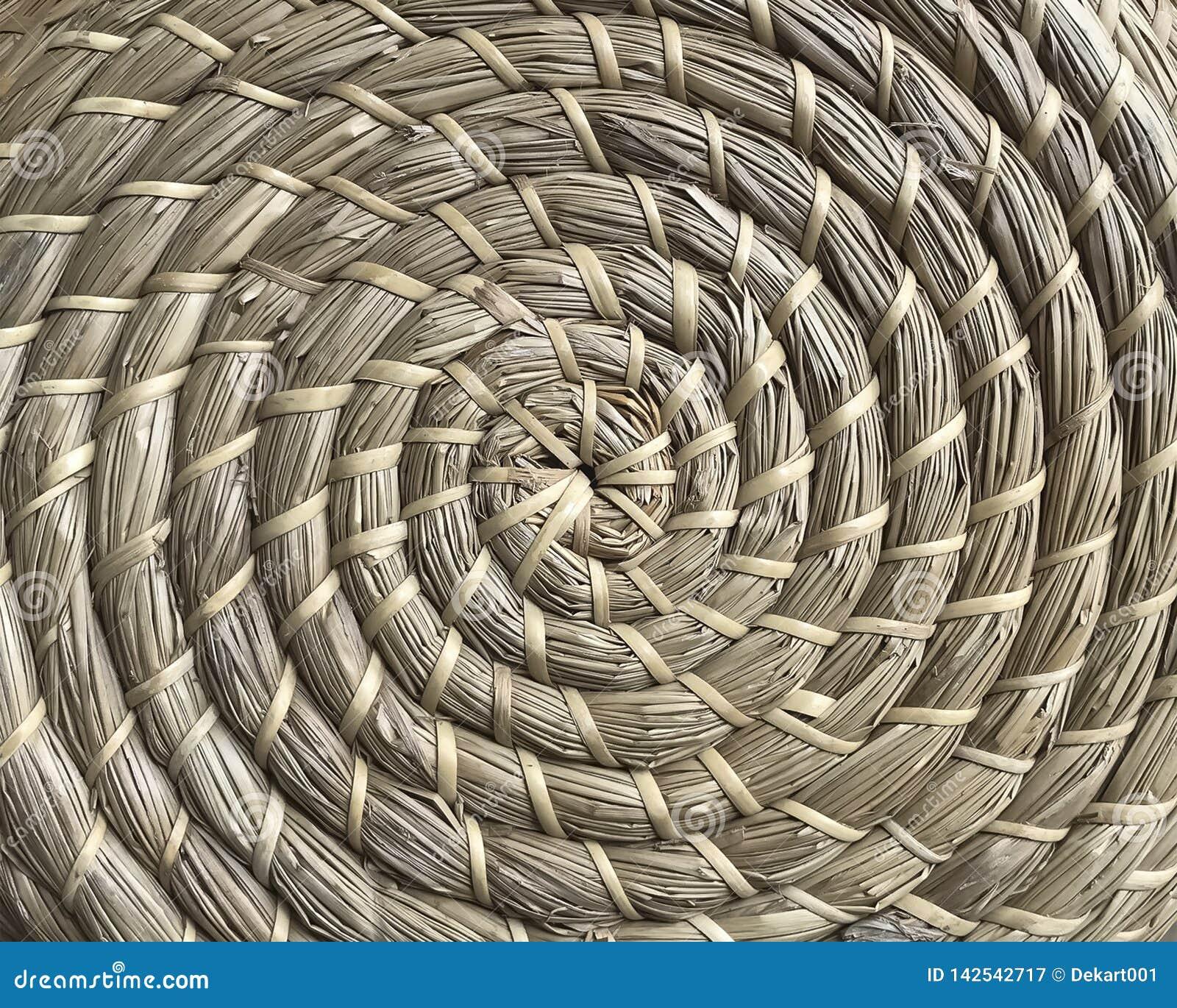 Korgarbete som göras av naturliga fibrer i cirkelstil