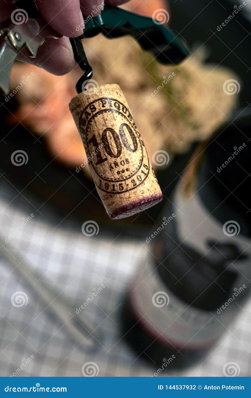 Korken schraubte von der Flasche des Rotweins