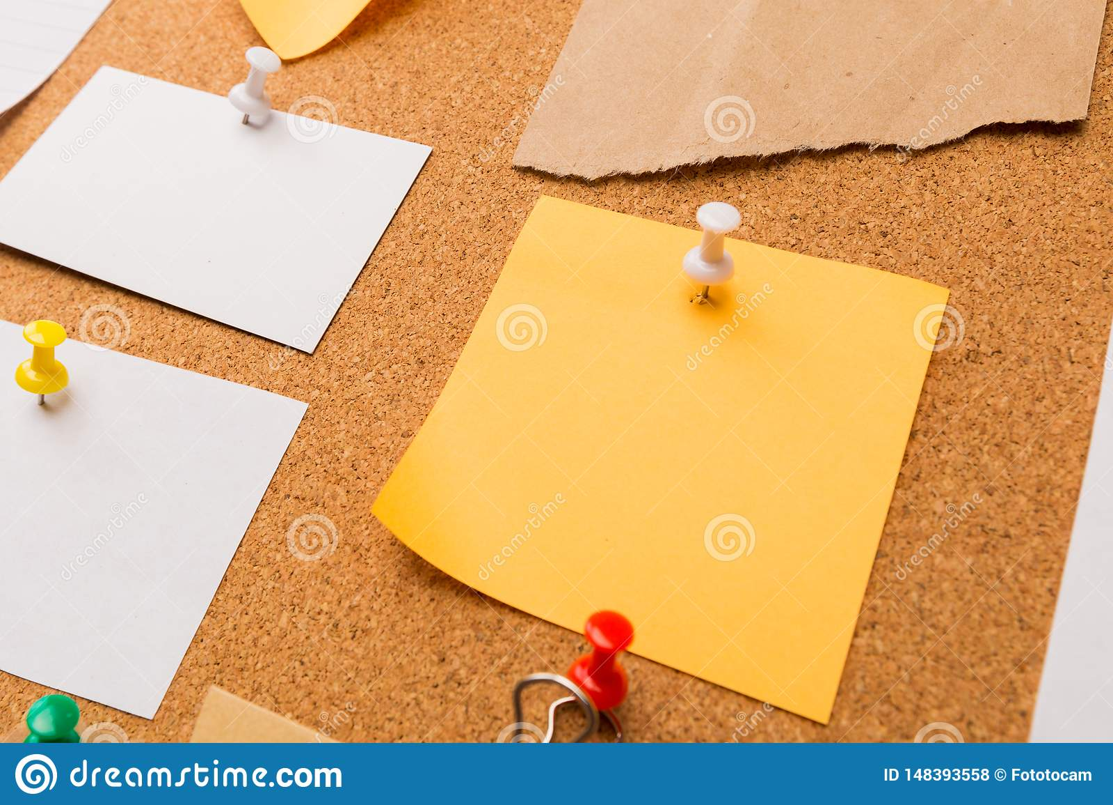 Korkowa deska z przypi?tymi barwionymi puste miejsce notatkami - wizerunek