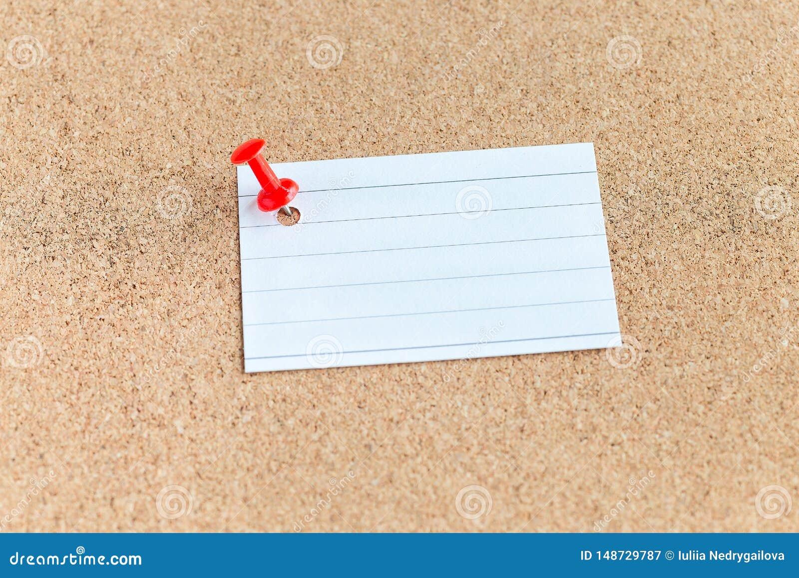 Korkowa pami?ci deska z przypi?tym pustym kawa?ek papieru, notatki, tablica informacyjna, horyzontalna