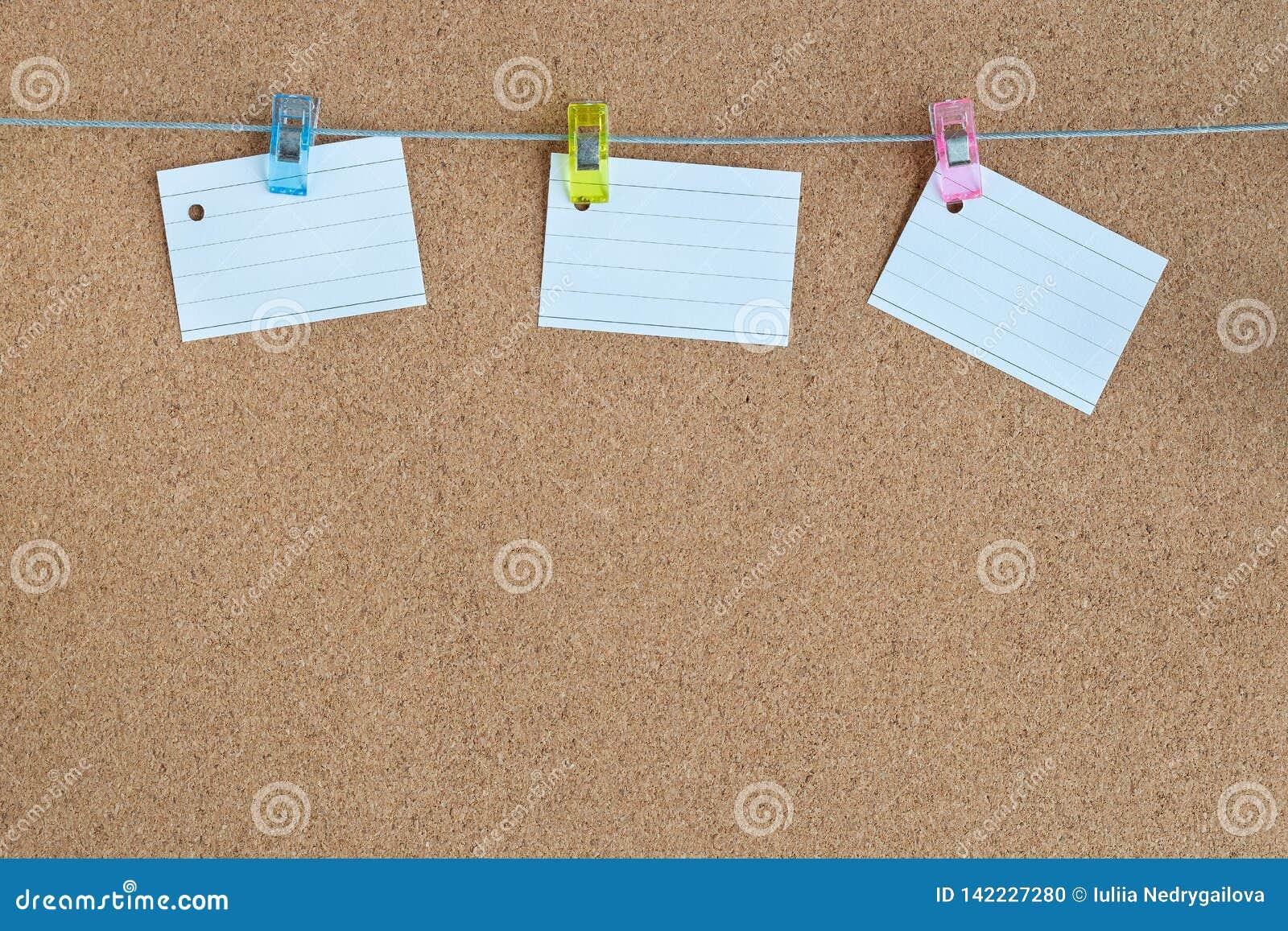 Korkowa pamięci deska z pustymi pokojami papierowy obwieszenie na arkanie z odzieżową szpilką, horyzontalnymi