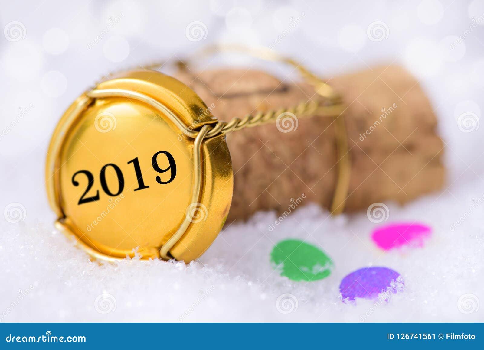 Korkpropp av champagne med datumet 2019 för ` s för nytt år