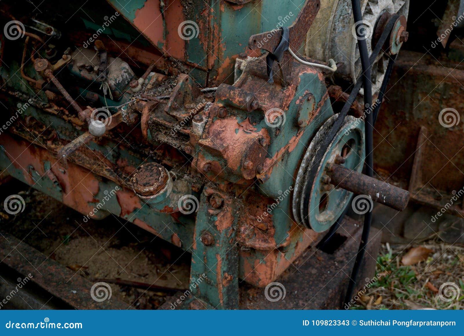 Kornbild: Stäng sig upp av den gamla maskinfabriken som göras av stål och används i den förgångna brutna och lantliga maskinen so