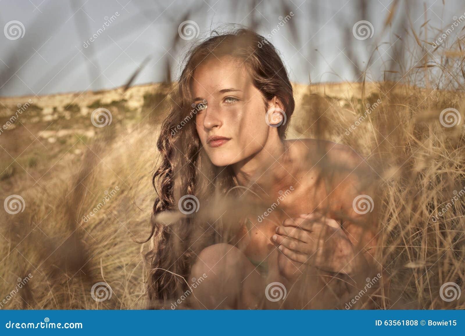Nackt im kornfeld