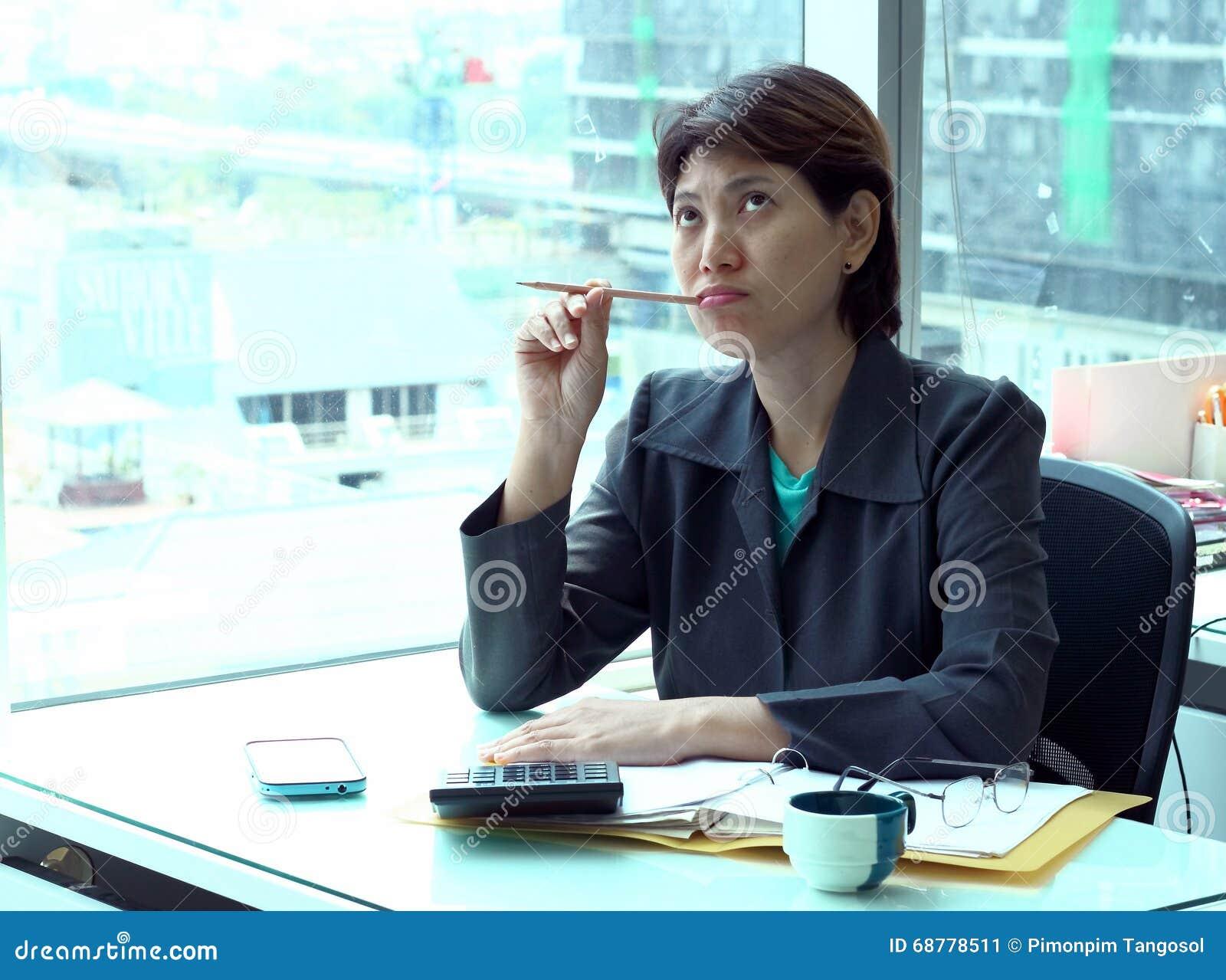 Korporacyjnego portreta młoda biznesowa kobieta pracuje przy biurowym biurkiem