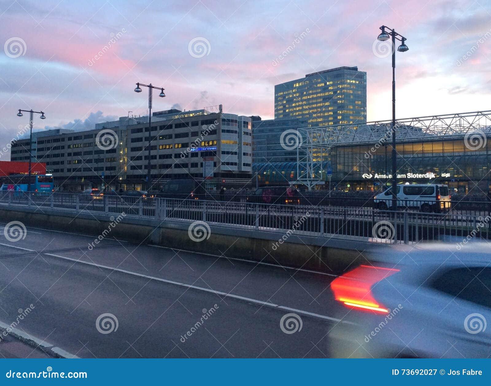 Korporacyjni budynki blisko dworca