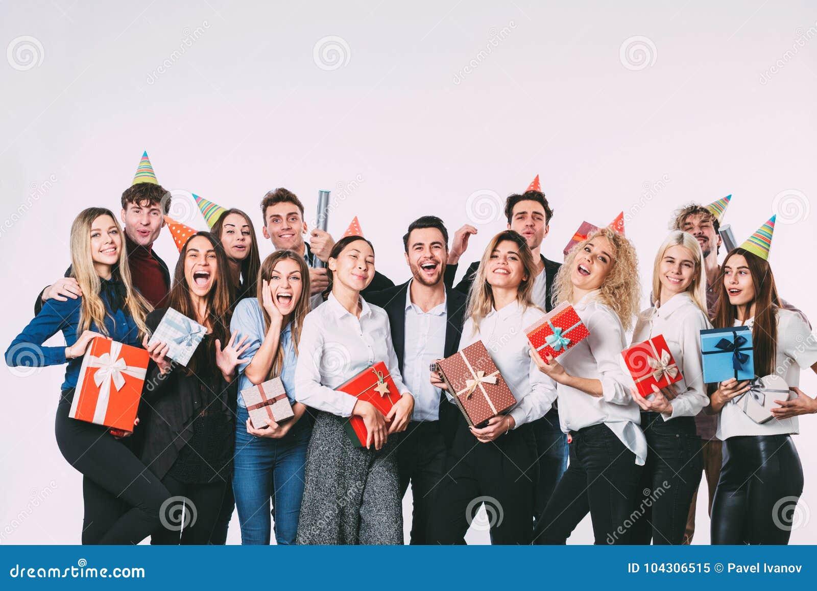 Korporacyjny, świętowanie i wakacje pojęcie, - szczęśliwa drużyna z prezentami ma zabawy przyjęcia urodzinowego