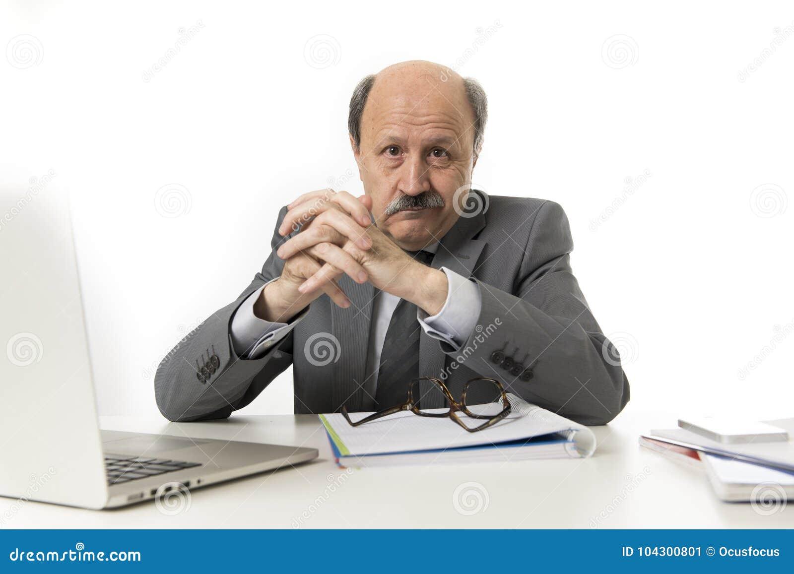 Korporacyjny portret 60s biznesowego mężczyzna łysy szczęśliwy uśmiechnięty confid