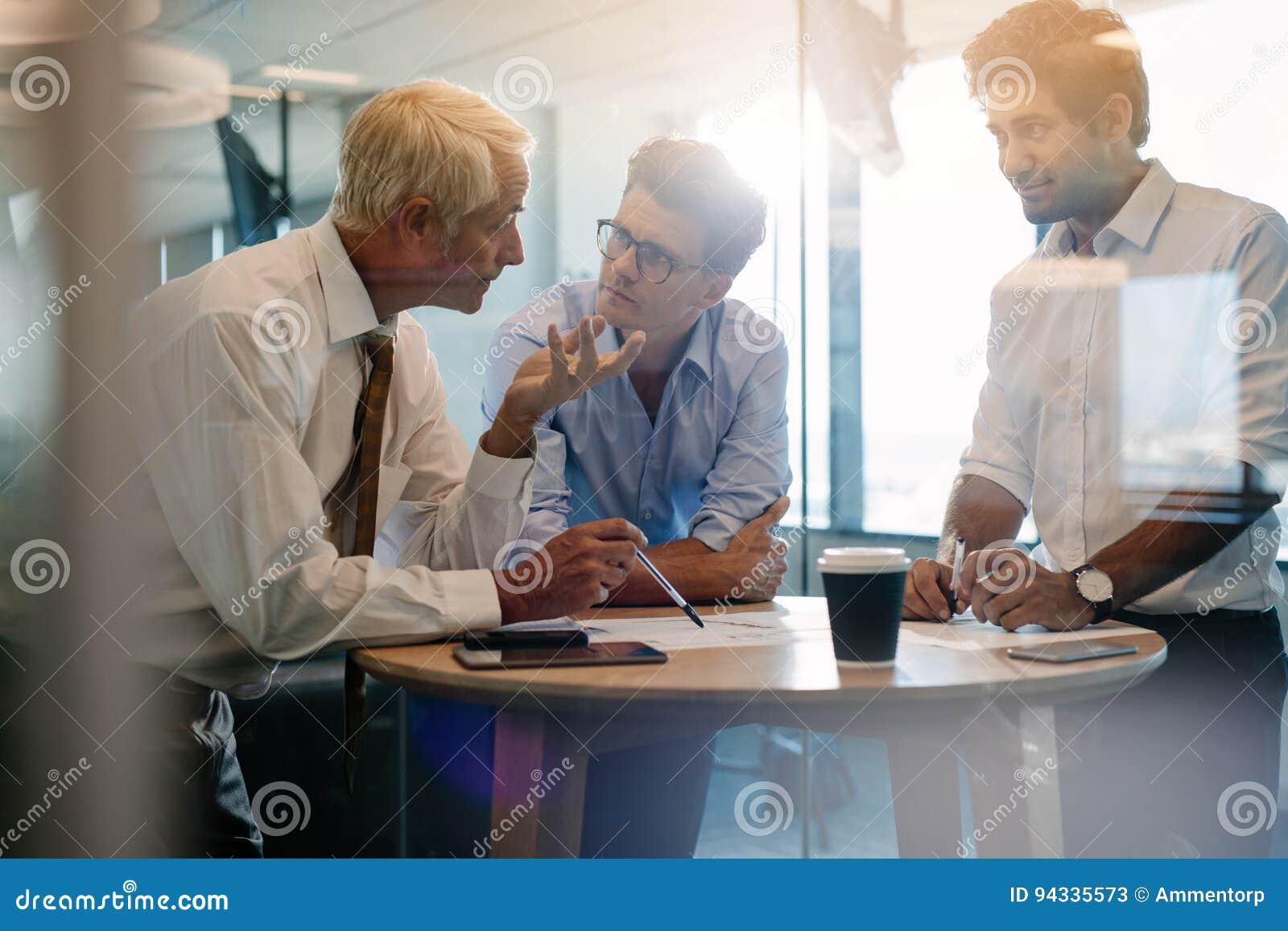Korporacyjny profesjonalista ma spotkania w nowożytnym biurze