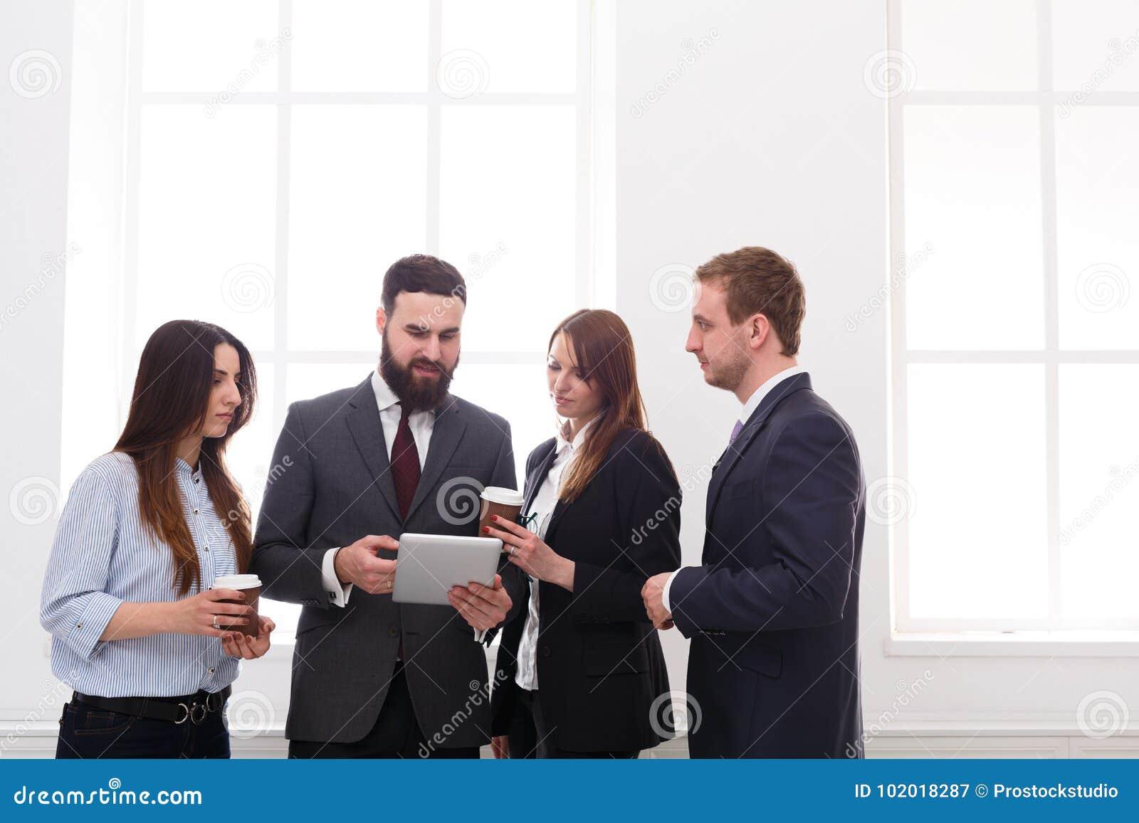 Korporacyjny spotkanie pracownicy w biurze podczas kawowej przerwy, ludzie biznesu z kopii przestrzenią