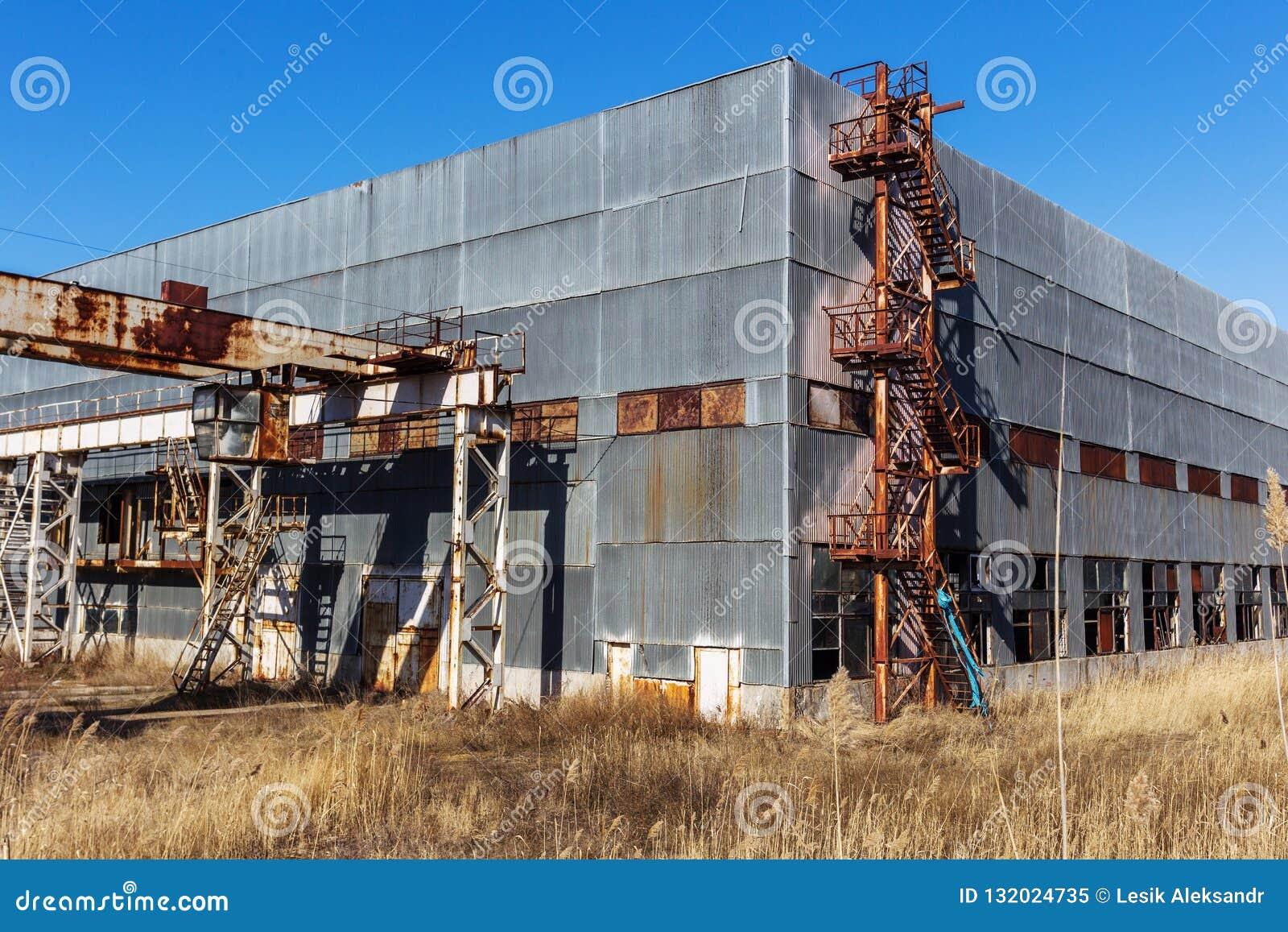 Korps einer alten verlassenen Industrieanlage Verlassenes constructi