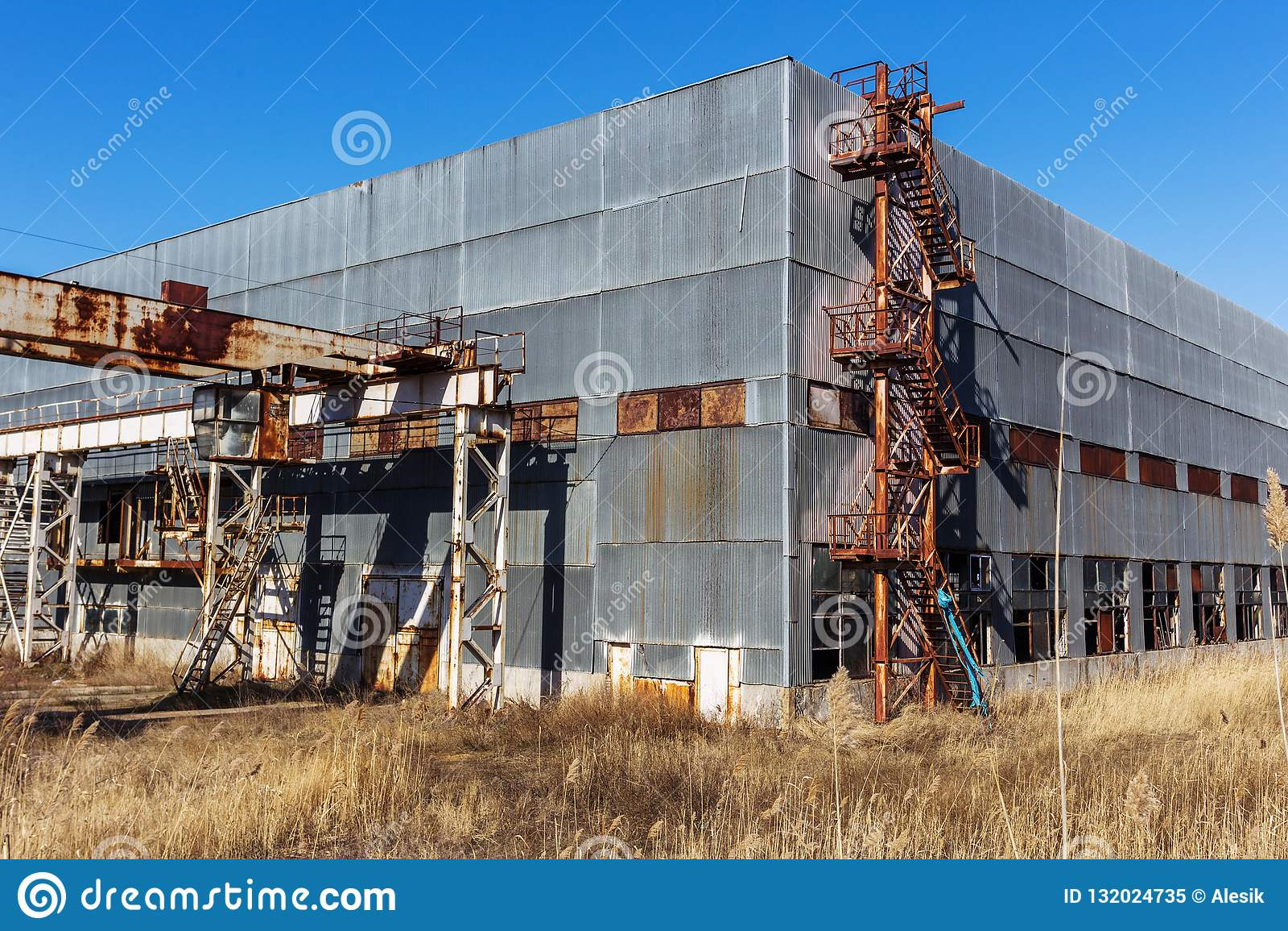 Korpsen van een oud verlaten bedrijf Verlaten constructi