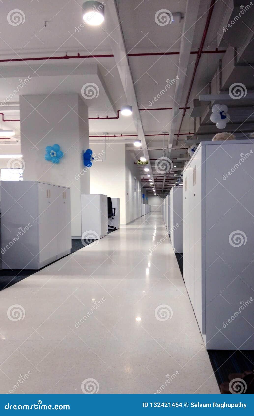 Korridor av arbetsstationen ett informationsteknikföretag