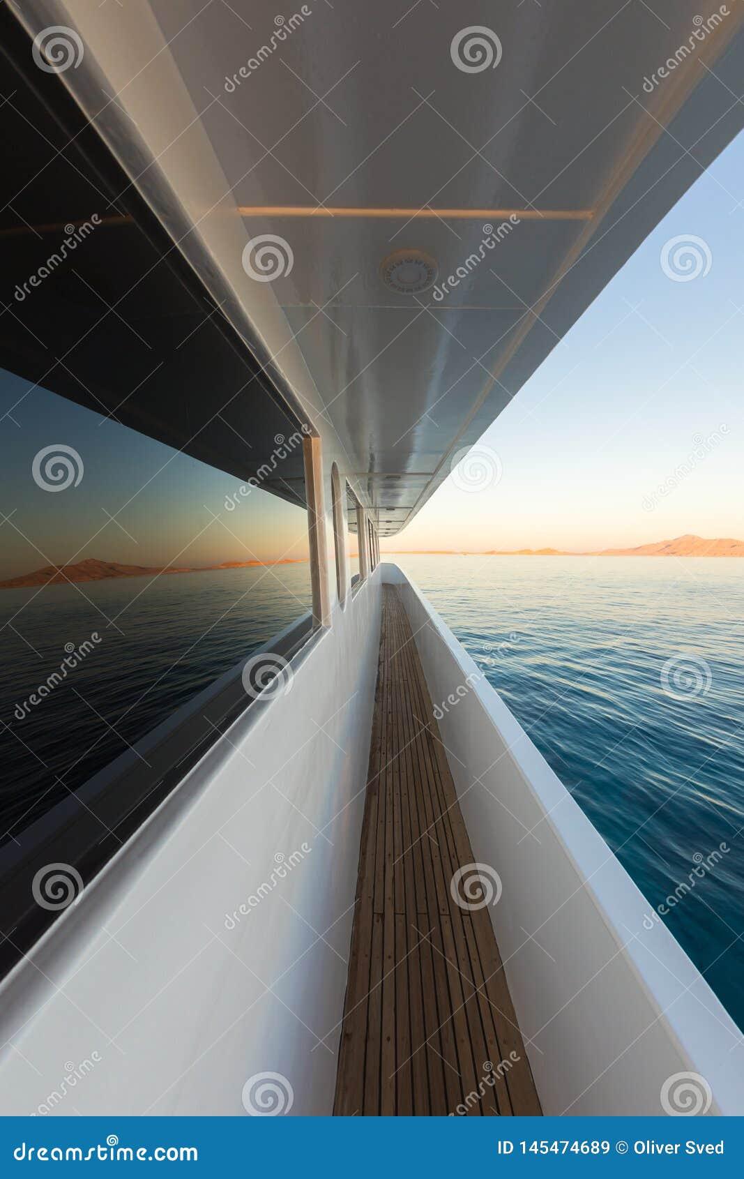 Korridor av den lyxiga yachten