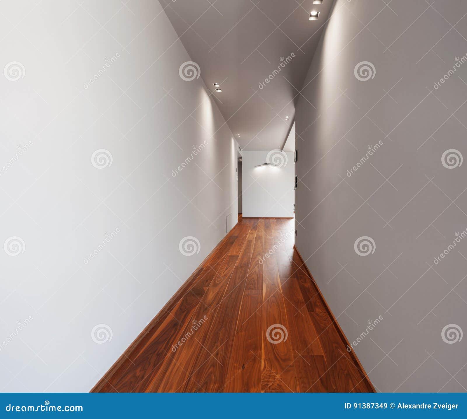 Korridor i ett modernt hus, tomma vita väggar