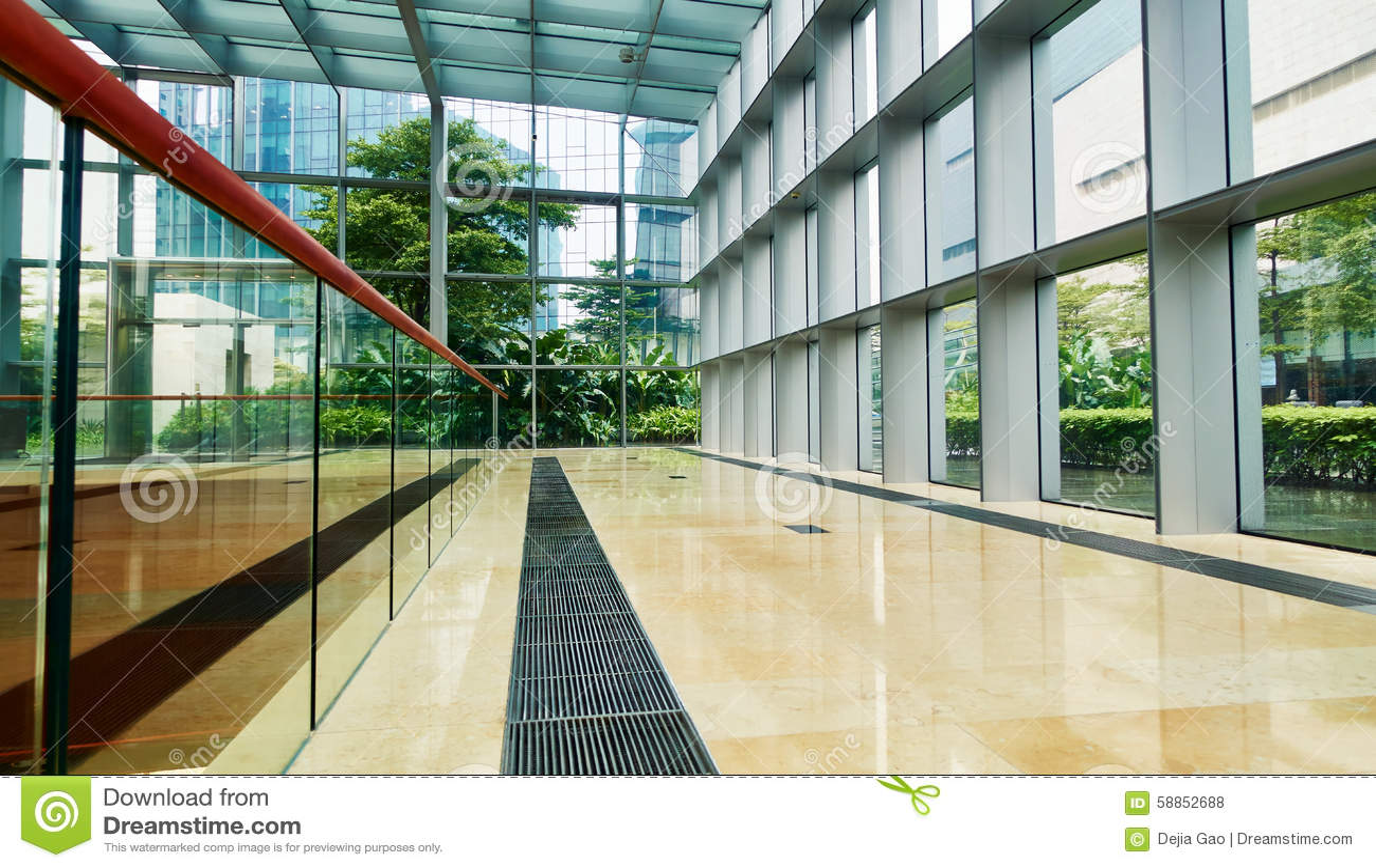 Korridor i modern glass kontorsbyggnad