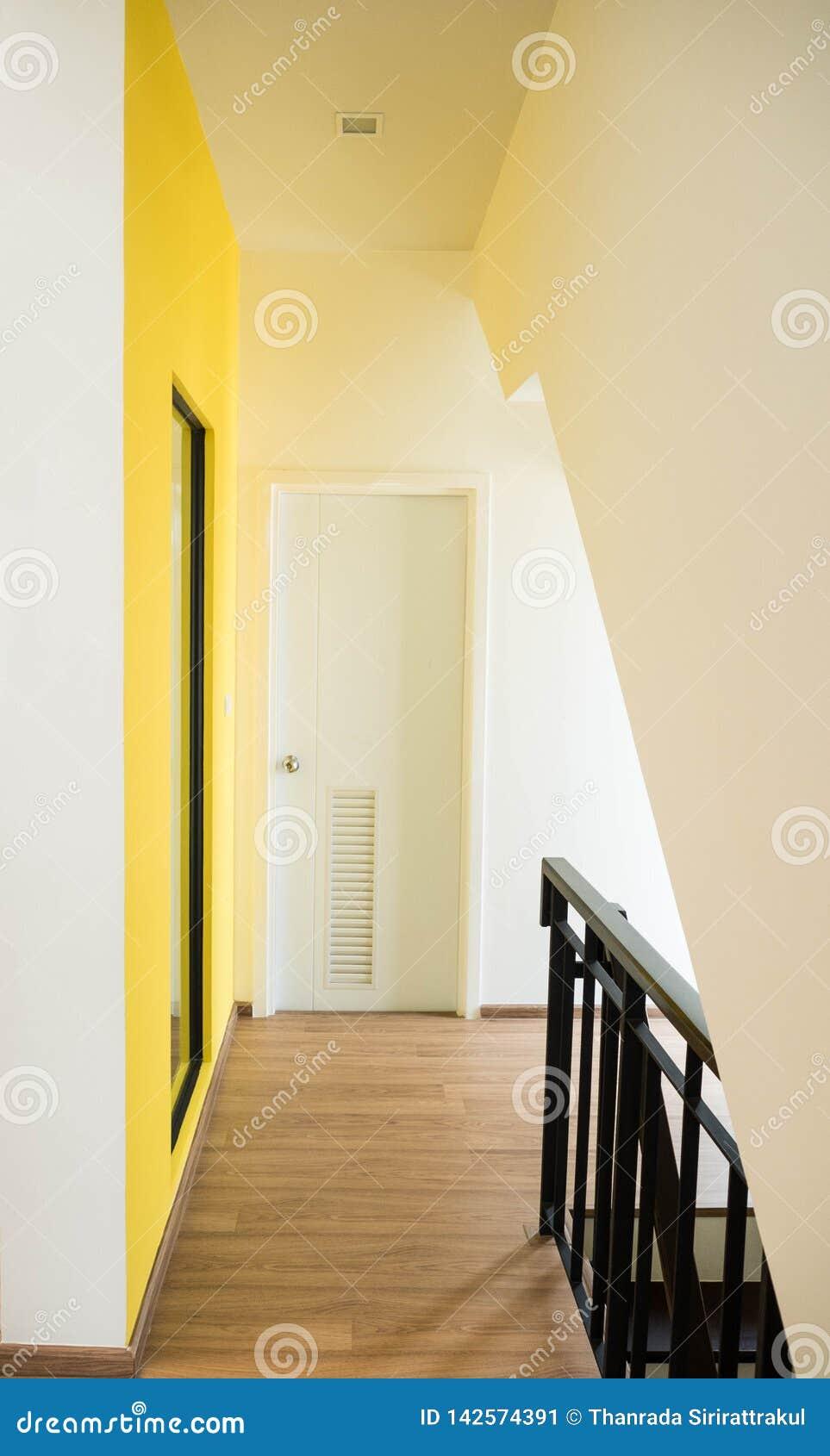 Korridor med den gula väggen