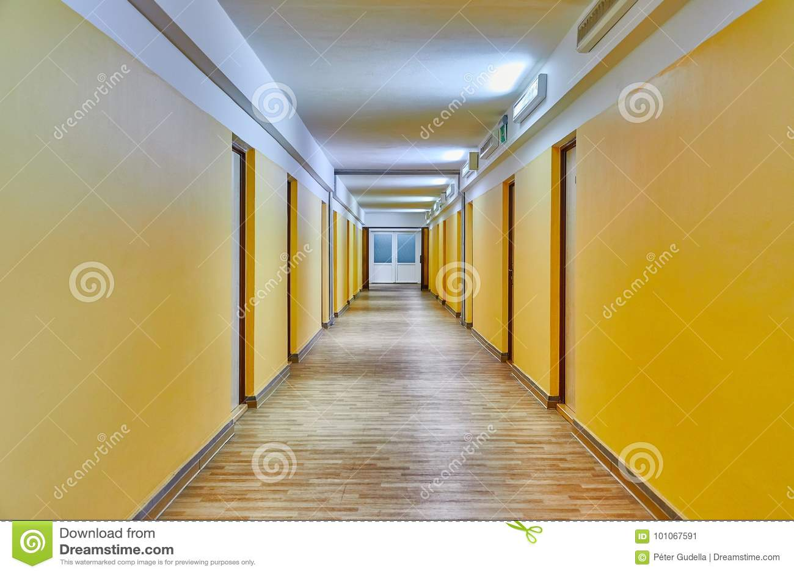 Korridor med gula väggar
