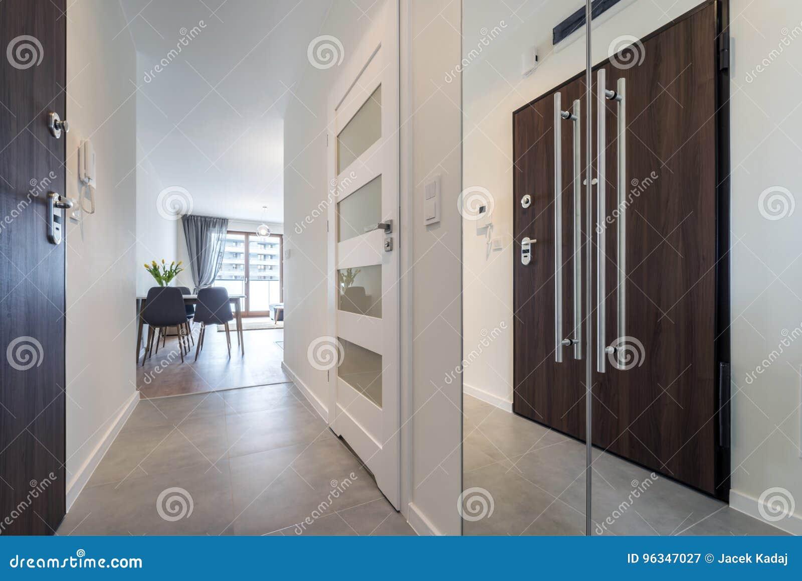 Korridor med tegelplattagolvet
