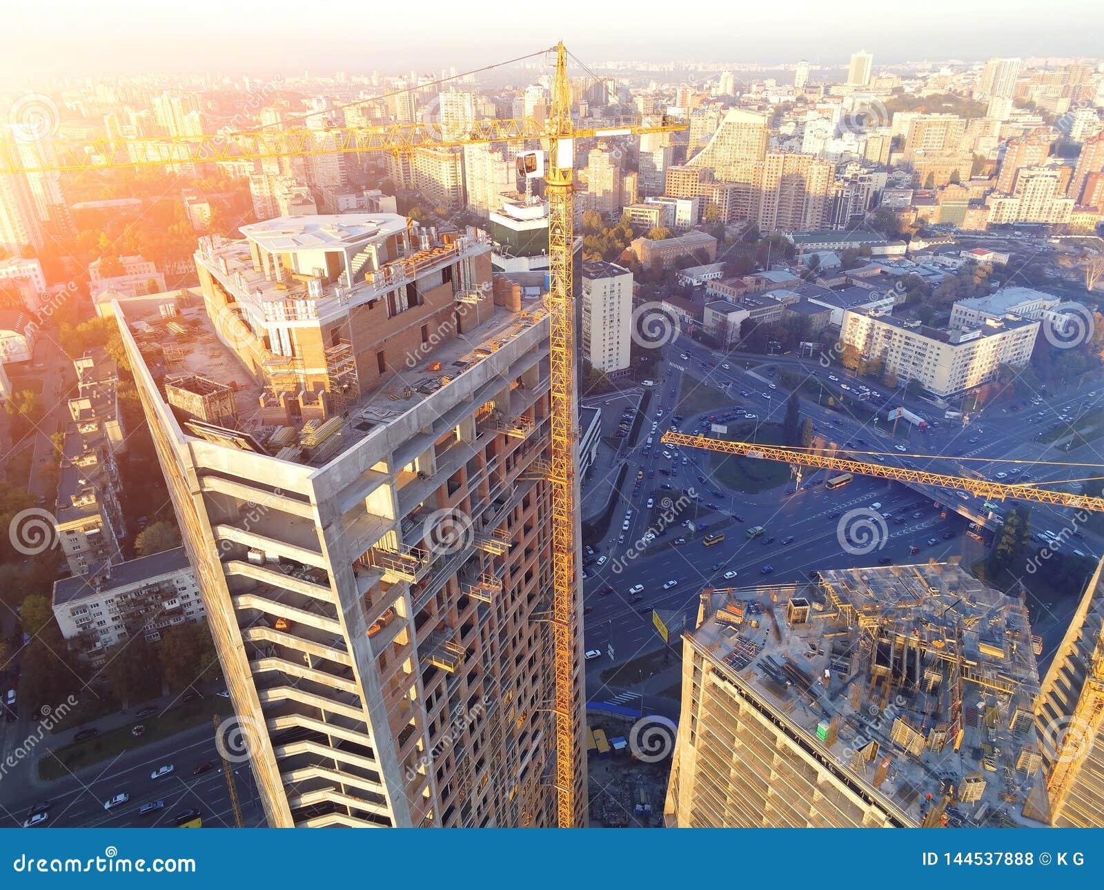 Kors av för byggnadskonstruktion för högt torn platsen Industriell kran för fel Flyg- surrsikt Metropolisstadsutveckling