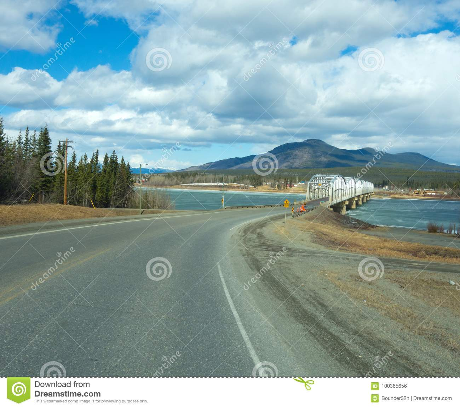 Korsa en sjö i de yukon territorierna i våren