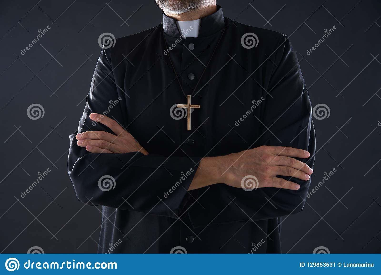 Korsad pensionär för armpräststående