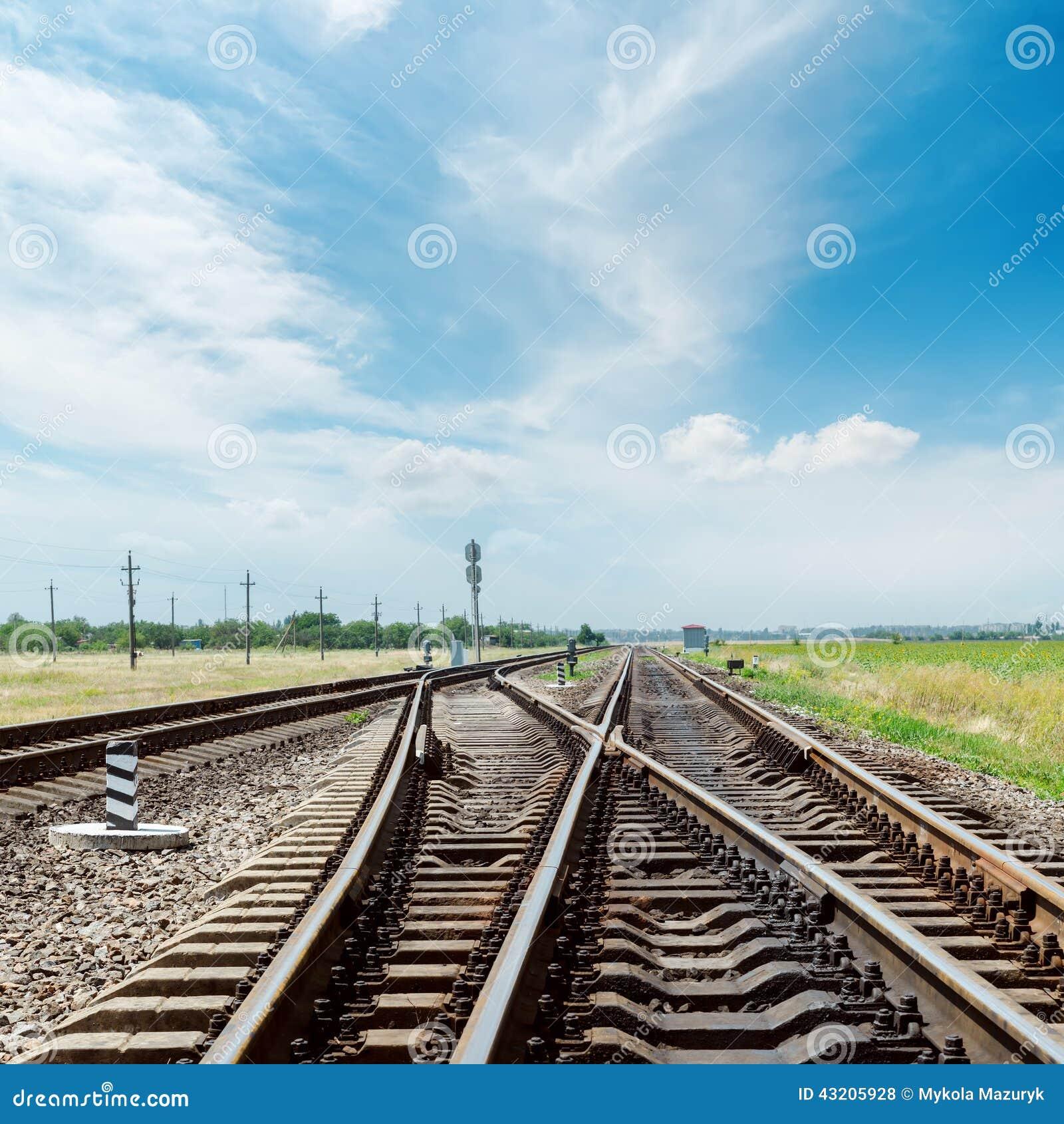Download Korsning Av Järnväg Och Molnig Himmel Arkivfoto - Bild av tvärgata, ändring: 43205928