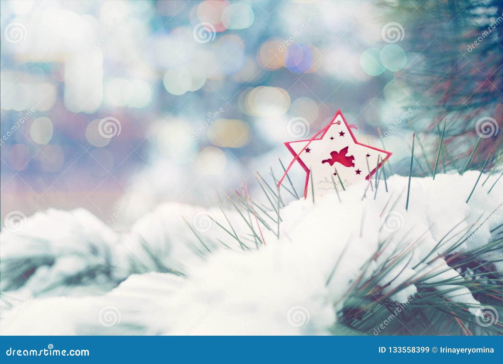 Kort för hälsning för julvinterferie Röd stjärna med Xmas-ängel på gröna julträd med snö
