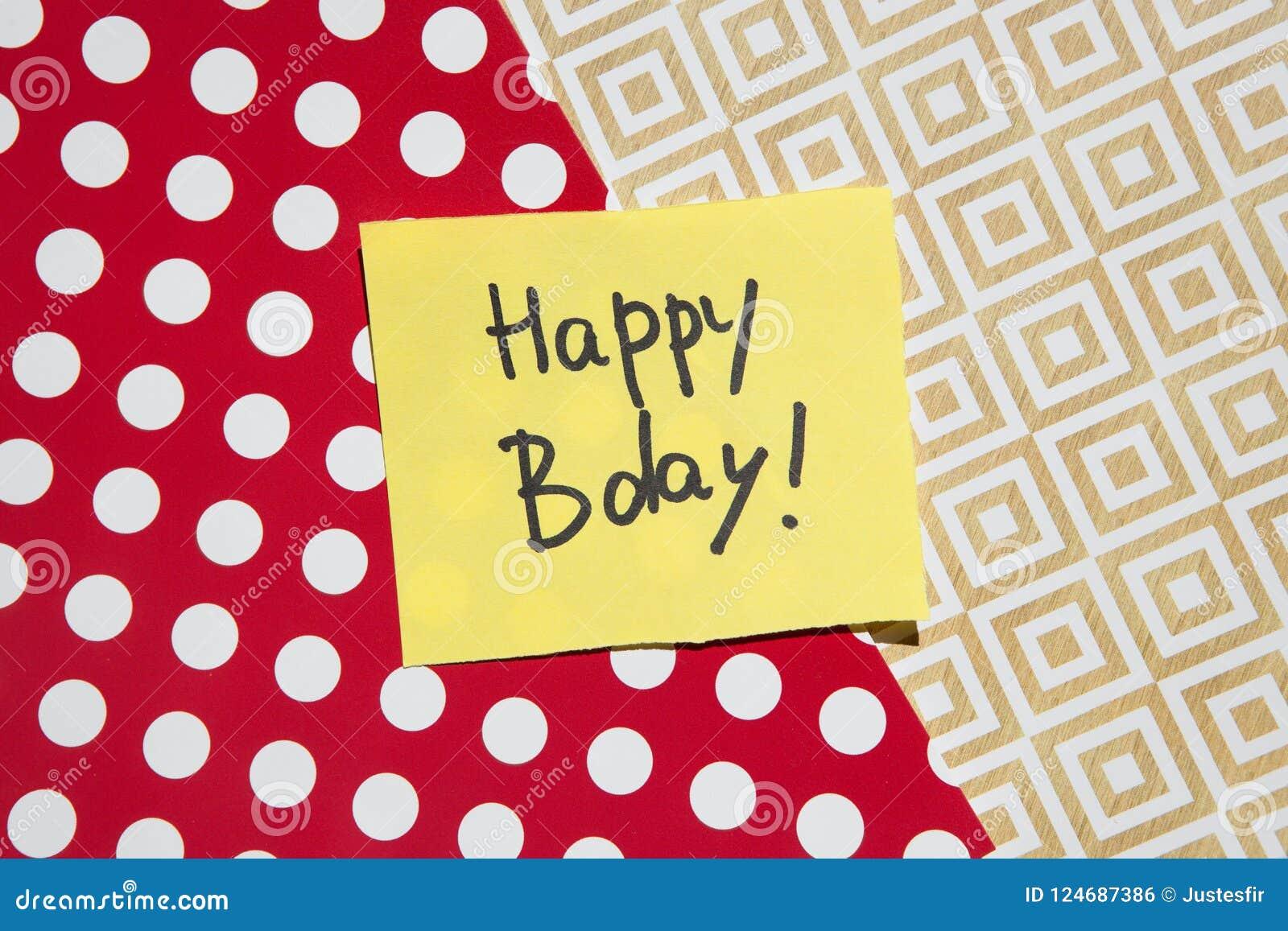 Kort för lycklig födelsedag, text på gulingpapper med röd och guld- bakgrund