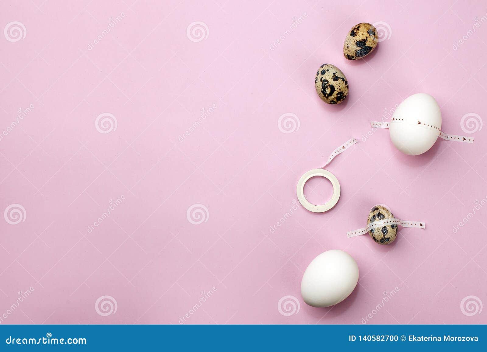 Kort för påskvibesferie modern konst Fira påsktradition Ställ in av ägg med tejpen på rosa purpurfärgad bakgrund, minsta