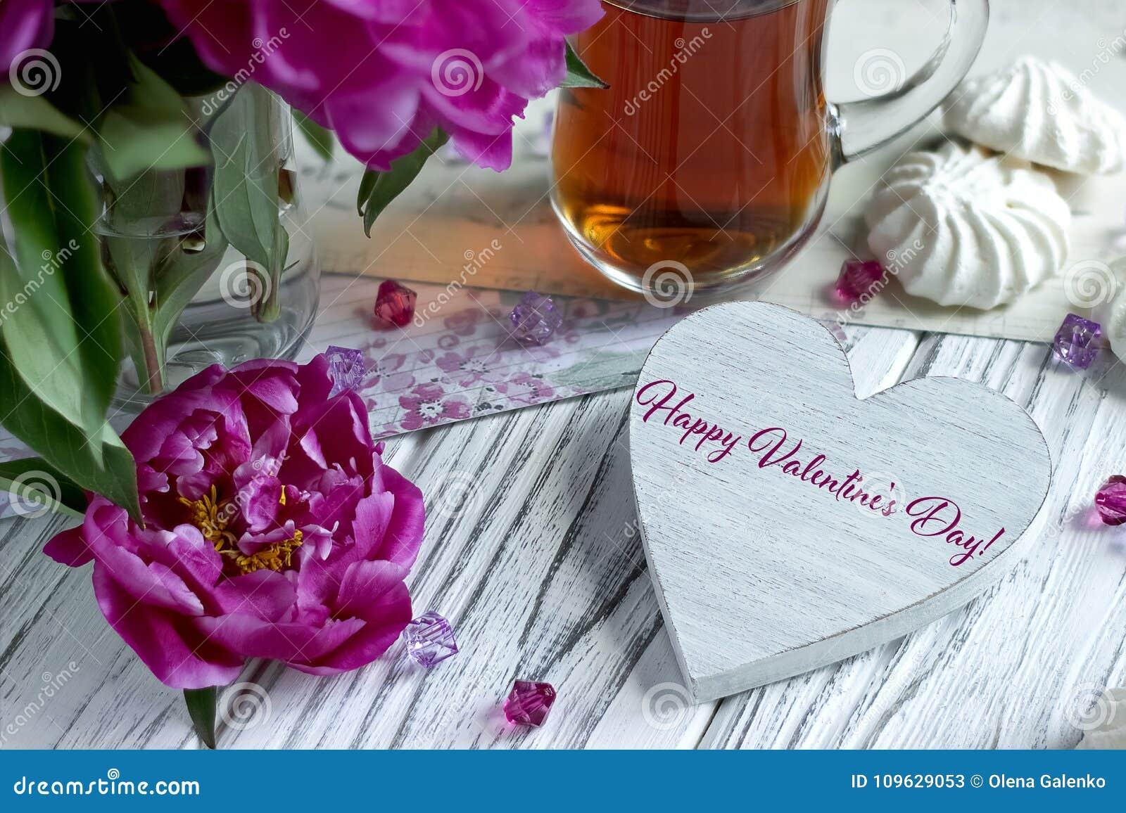 Kort för valentindaghälsning med marshmellow och bokstäver för purpurfärgat pionte glass
